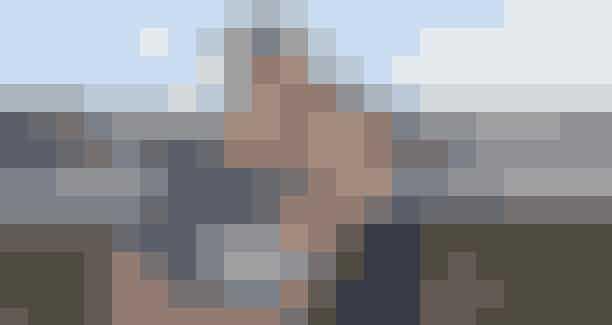 Som professionel fodboldspiller er Jesper Juelsgård fra Silkeborg vant til at præstere under pres. Men nerverne havde nær svigtet landsholdsspilleren, da han på et hotelværelse i Paris satte sig på sengen ved siden af kæresten, Dorthe Lindorff og tog et par dybe indåndinger.Jespers kærlighed til kvinden i sit liv skulle bestå den ultimative test. Hjemmefra havde Jesper på gammeldags maner anmodet sin kommende svigerfar om datterens hånd, og hele dagen havde æsken med forlovelsesringen til Dorthe brændt i lommen som glødende kul.Mavesmerter stod i vejenJesper og Dorthe skulle blot være i Paris nogle få dage, og det var ren afslapning. Men han havde ikke kalkuleret med, at Dorthe ville få det dårligt med mavesmerter. Da parret den 12. december gik på sightseeing, havde han timet og tilrettelagt det hele.I receptionen havde han bestilt blomster, chokolade og champagne, som skulle stå klar på værelset, når de kom tilbage. Da Dorthe ville tidligere hjem end beregnet, forsøgte han på alle måder at forlænge spadsereturen. Blandt andet var parret på restaurant i håb om, at lidt mad kunne hjælpe på Dorthes mavesmerter.Derfor havde Dorthe allerede sagt ja-tak til at blive fru Juelsgård, da en tjener ankom til værelset med lækkerierne. Men det gav ingen skår i glæderne.Det var både romantisk, overraskende og smukt. Dorthe havde på fornemmelsen, at noget var under opsejling. Blandt andet havde hendes fod på et tidspunkt strejfet Jespers lomme med æsken, der godt kunne minde hende om noget, man kan gemme en ring i. Alligevel kom frieriet bag på hende, og hun græd af glæde.Jespers bedste scoring–Dorthe har en personlighed og en ligefremhed, som jeg faldt pladask for. Heldigvis fandt vi sammen, og nu slipper jeg hende aldrig. Da jeg besluttede mig for at fri til Dorthe, vidste jeg, at jeg skulle gøre det ordentligt og rigtigt, hvis jeg skulle have en chance. Til hendes 25 års fødselsdag trak jeg svigerfar over i et hjørne og spurgte, om jeg måtte gifte mig med hans datter.- Jeg ha