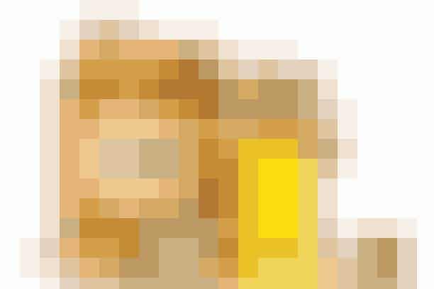 Honning er ikke kun godt for bierne!   Honning kan tiltrække fugt til huden og hjælpe med at holde på den.Den virker desudenantibakterielt.