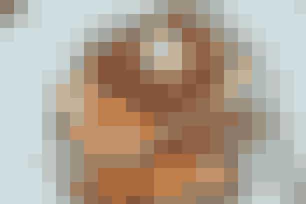 Tykstegsbøf og bagte rødder  Af Pia Friis Andreassen/Foto: Martin Tanggaard   Gode tykstegbøffer med bagte rodfrugter    4 pers.   Ingredienser til tykstegsbøf og bagte rødder:  4 tykstegsbøffer  1 spsk. olie + 1 spsk. smør  Salt og peber   Kryddersmør:  50 g blødt smør, 2 finthakkede fed hvidløg  ¼ tsk. cayennepeber, salt   Bagte rødder:  750 g jordskokker 750 g persillerødder  ½ kg gulerødder  2 spsk. olie 2 tsk. timian Salt   PRØV OGSÅ: Kalvekotelet og fyldig salat  Fremgangsmåde:   Kryddersmør:   Rør smør, hvidløg og cayennepeber sammen. Smag til med salt. Rul smørret sammen til en pølse vha. plastfolie. Læg det i fryseren.   Bagte rødder:   Skrub rodfrugterne rene og skær dem i grove stykker. Dup dem tørre og vend dem med olie på en plade med bagepapir. Krydr med timian og steg dem møre midt i en 220° varm ovn (ca. 35 min.). Vend dem undervejs og krydr med salt mod slutningen.   Bøffer:   Dup bøfferne tørre. Brun dem i fedtstoffet ved god varme i ca. 1 min. på hver side. Krydr med salt og peber. Dæmp varmen til middelstærk og steg dem i yderligere 2-3 min. på hver side afhængigt af, hvor rosa de skal være. Tag smørret ud af fryseren og skær det i skiver, som derpå placeres oven på bøfferne.   Tilberedningstid:   Ca. 50 min., heraf arbejdstid ca. 25 min.   PRØV OGSÅ: Rib eye af kalv og fyldte kartofler