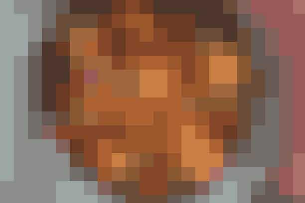 Kalkungryde med bønner og tomat  Af Pia Friis Andreassen/Foto: Martin Tanggaard   Nem og smagfuld grydret        4 pers.   Ingredienser til kalkungryde med bønner og tomat:  450 g kalkunbryst  1 stort løg  2 fed hvidløg  1 bdt. forårsløg  200 g bacon i tern  1 spsk. olie  1½ dl hvidvin  2 dåser flåede, hakkede tomater  2 dåser bønnemix (afdryppet)  Salt og peber   Tilbehør:  Grovboller   PRØV OGSÅ: Kyllingedeller, stegte kartofler og salat  Fremgangsmåde: Skær kødet i tern på 2 x 2 cm. Hak løget og hvidløgsfeddene. Rens forårsløgene og skær dem i strimler. Hold den grønne og hvide del adskilt. Steg baconen i olien i et par minutter. Lad løget stege med. Tilsæt hvidløg og vin og lad det koge lidt ind. Tilsæt den hvide del af forårsløgene samt tomater og kød og bring det hele i kog. Lad det småsnurre under låg i 5 min. Hæld bønnerne på og varm det i yderligere 5 min. Smag til med salt og peber. Strø den grønne del af forårsløgene over som pynt.   Tilberedningstid:  Ca. 30 min., heraf arbejdstid ca. 20 min.   PRØV OGSÅ: Fyldt kalkun med pasta og spinatsauce
