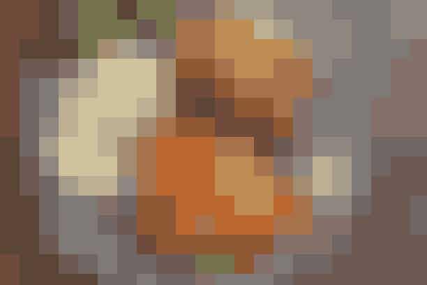 Kotelet med kartoffelpuré og porresalat Af Pia Friis Andreassen/Foto: Martin Tanggaard   Gode koteletter med en lækker kartoffelpuré       4 pers.   Ingredienser til kotelet med kartoffelpuré og porresalat  4-5 svinekoteletter 2 spsk. olie 1 tsk. garam masala Salt   Kartoffelpuré:  4 skrællede bagekartofler i tern  1½-2 dl varm mælk Ca. ½ dl olie  Salt og peber   Porresalat:  1 bdt. porrer 3-4 røde pebersnacks  200 g soltørrede abrikoser  1½ spsk. æbleeddike eller hvidvinseddike  1½ spsk. vand 1½ spsk. flydende honning  4-5 spsk. olie Salt   PRØV OGSÅ: Koteletter i fad med gratineret ost   Fremgangsmåde:  Koteletter:  Rør olie og garam masala sammen og pensl koteletterne hermed. Lad dem trække i ½ time. Steg koteletterne over middel varme i 2-2½ min. på hver side i den marinade, der hænger ved. Krydr med salt.   Kartoffelpuré:   Kog kartoffelternene møre i rigeligt vand. Hæld vandet fra og kør kartoflerne med en blender, mens mælken tilsættes. Rør olie i og smag til med salt og peber.   Porresalat:   Skær porrerne i strimler. Flæk pebersnackene og skær dem i tern. Skær abrikoserne i strimler. Rør dressingen sammen og smag til med salt. Vend det hele sammen.   Tilberedningstid:  Ca. 45 min., heraf arbejdstid ca. 30 min.  PRØV OGSÅ: Lammekotelet med løg-appelsinsalat