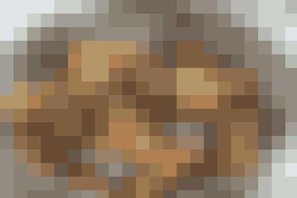 """Pasta og muslinger  Af Pia Friis Andreassen/Foto: Martin Tanggaard    Skøn og nem middag       4 pers.   Ingredienser til pasta og muslinger   Muslinger:  1 kg blåmuslinger  1 dl vand  70 g tomatkoncentrat  4-6 finthakkede fed hvidløg  1 hakket potte persille  1 dl hvidvin   Pasta:  Ca. 300 g fuldkornspasta  Lidt olie   PRØV OGSÅ: Salat med rejer og pomelo   Fremgangsmåde Muslinger:   Rens muslingerne og kassér dem, der er åbne. Kom vand, tomatkoncentrat, hvidløg og halvdelen af persillen i en gryde. Varm det op. Kom muslingerne i gryden og rør, til de er """"smurt"""" ind i tomatblandingen. Tilsæt vin og damp muslingerne ved høj varme under låg, til de åbner sig (ca. 4 min.). Ryst gryden undervejs. Kassér de muslinger, der ikke har åbnet sig efter kogningen.   Pasta:   Kog pastaen efter anvisningen på emballagen. Lad den dryppe af og vend den med lidt olie. Vend pastaen sammen med muslingerne, og drys resten af persillen over.   Tilberedningstid:   Ca. 35 min., heraf arbejdstid ca. 30 min.  PRØV OGSÅ: Laks i koksomælk"""