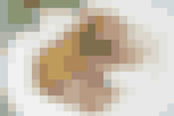 Cuvettesteg med kold Bearnaisesauce  Af Pia Friis Andreassen/Foto: Martin Tanggaard    Lækker cuvettesteg med bearnaise til weekenden       4 pers.   Ingredienser til cuvettesteg med kold Bearnaisesauce Ca. 800 g cuvette af ungkvæg 1 spsk. olie og 1 spsk. smør Salt og peber   Ovnstegte kartofler:  Ca. 1 kg kartofler skåret i mindre stykker og vendt med 2 spsk. olie og 1 tsk. timian.  1 tsk. salt   Salat:  250 g champignoner i tynde skiver og dryppet med citronsaft vendes lige før servering med 1 fintsnittet bdt. forårsløg og 1 glas afdryppede, soltørrede tomater i olie.   Kold bearnaisesauce:  300 g cremefraiche 18 % røres med 1 spsk. mælk, 1 spsk. bearnaise-essens og 3 tsk. tørret estragon. Smag til med salt og peber.   Prøv også: Okseculotte og porrer i bacon   Fremgangsmåde Steg:   Fjern overflødigt fedt, rids spæklaget og brun stegen i fedtstoffet ved god varme. Krydr med salt og peber. Læg stegen i en bradepande med vand, der når 2 cm op. Sæt stegen i en 175° varm ovn i ca. 50 min., eller til stegetermometret viser 64° (rosa-stegt). Lad den hvile i 15 min.   Ovnstegte kartofler:   Sæt kartoflerne i ovnen sammen med stegen i ca. 40 min. Sæt ovnen på 220°, når kødet er taget ud, så kartoflerne kan få lidt farve. Krydr med salt.   Tilberedningstid:  Ca. 1 time og 15 min., heraf arbejdstid ca. 25 min.   PRØV OGSÅ: Højrebsbøf og bagte kartofler med pesto
