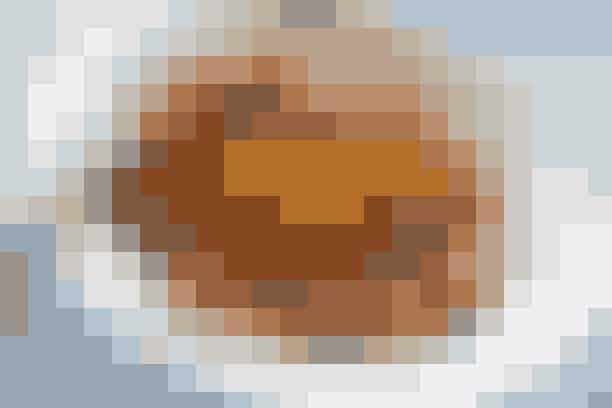 Svensk pølseret og rugbrøds-chips  Af Pia Friis Andreassen/Foto: Martin Tanggaard    Lækker pølseret til hele familien      4 pers.   Ingredienser til svensk pølseret og rugbrøds-chips  Ca. 1 kg kogte, kolde kartofler (eller rest fra poussiner og grov kartoffelmos. Se mere her)  500 g wienerpølser  2 mellemstore løg  1 spsk. olie og 1 spsk. smør  1 spsk. mild paprika  80 g tomatkoncentrat  3 dl mælk  Salt og peber   Rugbrødschips:  3 ultratynde skiver rugbrød   Pynt:  ½ klippet potte purløg   PRØV OGSÅ: Mørbradgryde   Fremgangsmåde Rugbrødschips:   Opvarm ovnen til 175°. Bræk rugbrødsskiverne i mindre stykker og læg dem på en plade med bagepapir. Rist dem midt i den varme ovn i 12-15 min., til de er sprøde.   Pølseret:   Skær kartofler og pølser i mindre stykker. Pil og hak løgene. Sautér løgene i fedtstoffet, til de er klare. Skru op for varmen og lad paprika og pølser stege med i 3-4 min. Dæmp varmen og tilsæt kartofler, tomatkoncentrat og mælk. Lad retten småsimre i 10 min. Smag til med salt og peber.  Servér retten med rugbrødschips og klippet purløg til.   Tilberedningstid:   Ca. 30 min., heraf arbejdstid ca. 20 min.   PRØV OGSÅ: Gullasch