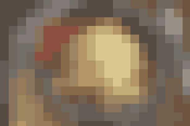 Fyldig salat med jordbær og bacon  Af Pia Friis Andreassen/Foto: Martin Tanggaard    En rigtig skøn sommersalat      4 pers.   Ingredienser til fyldig salat med jordbær og bacon  450 g bacon   Salat:  2 spidskål 500 g jordbær 1 agurk   Dressing:  225 g fromage frais  200 g mayonnaise  1 spsk. mild sennep 2 tsk. paprika  Citronsaft Salt og peber 1 potte dild   Tilbehør:  Groft brød   PRØV OGSÅ: Salatpakker med rejer og avokado   Fremgangsmåde Bacon:  Dup baconen tør og steg den sprød på en tør pande. Læg den derefter på et stykke dobbelt køkkenrulle en kort stund. Bræk den evt. i stykker eller servér den hel til salaten.   Salat:   Skær spidskålen i kvarter. Skyl dem, dup dem tørre og skær dem i papirtynde strimler. Skyl jordbærrene og dup dem tørre. Fjern blomsten og skær jordbærrene i halve. Flæk agurken på langs, skrab kernerne ud og skær agurken i halvmåner.   Dressing:  Rør fromage frais, mayonnaise, sennep og paprika sammen. Smag det til med citronsaft, salt og peber. Vend det hele sammen inkl. skyllet, plukket dild.   Tilberedningstid:   Ca. 20 min., heraf arbejdstid ca. 20 min.  PRØV OGSÅ: Wokkylling i jordbær