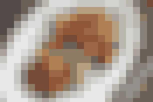 Svinemedaljon og timianstegte kartofler  Af Pia Friis Andreassen/Foto: Martin Tanggaard    Nem og dejlig middag      4 pers.   Ingredienser til svinemedaljon og timianstegte kartofler  8 svinemedaljoner 2 spsk. olie og 1 spsk. smør Salt og peber   Stegte kartofler og tomater:  Ca. 1 kg mellemstore kartofler 2 spsk. olie ½ potte timiankviste 500 g blommetomater Salt   Ærtepuré:  400 g ærter Salt 225 g fromage frais Salt og cayennepeber   PRØV OGSÅ: Karbonader med stegte kartofler og syrlig salat   Fremgangsmåde Stegte kartofler og tomater:   Skrub kartoflerne rene og skær dem i både. Dup dem tørre og vend dem med olie på en plade med bagepapir. Krydr med timian og steg dem midt i en 220° varm ovn i ca. 30 min.   Skær tomaterne i halve på langs. Lad dem stege med de sidste 15 min. Krydr med salt mod slutningen.   Ærtepuré:   Kog ærterne i letsaltet vand i 5 min. Kør ærter og fromage frais til en ensartet masse i en foodprocessor. Smag til med salt og cayennepeber.   Medaljoner:   Dup medaljonerne tørre. Brun dem i fedtstoffet i ca. 1 min. på hver side. Krydr med salt og peber. Dæmp varmen til middel og steg dem, til de netop er gennemstegte (2-4 min. på hver side afhængig af tykkelse).   Tilberedningstid:   Ca. 45 min., heraf arbejdstid ca. 25 min.  PRØV OGSÅ: Indbagt mørbrad