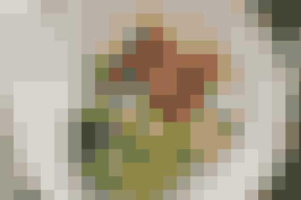 Kylling og kartofler med persille  Af Pia Friis Andreassen/Foto: Martin Tanggaard    Skøn og simpel aftensmad      Ingredienser til kylling og kartofler med persille  1,6 kg kyllingeunderlår 2 spsk. olie  ¾ dl sød chilisauce 2spsk. sojasauce   Persillekartofler:  1 kg kartofler Salt  2 potter persille  Ca. ½ dl koldpresset olie   Tilbehør:  Broccoli Salt   PRØV OGSÅ: Kylling a la Milanese og citronpasta   Fremgangsmåde Opvarm ovnen til 200°. Læg kyllingelårene i et ovnfast fad. Rør olie, chilisauce og sojasauce sammen. Pensl kyllingestykkerne med blandingen. Sæt fadet midt i den varme ovn i ca. 30 min., eller til kødet netop er gennemstegt. Tag evt. fra til madpakker fredag.   Persillekartofler: Skrub kartoflerne rene og kog dem møre i saltet vand. Skyl persillen inkl. de tynde stængler og ryst eller dup den tør. Hak persillen groft i foodprocessoren. Tilsæt olien i en tynd stråle og kør, til massen er helt glat. Smag til med salt. Lad kartoflerne dryppe af og vend dem med persillepureen.   Tilbehør: Del broccolien i buketter og skær stokken i skiver. Kom begge dele i kogende, saltet vand i ca. 3 min. Lad dem dryppe af.   Tilberedningstid:  Ca. 45 min., heraf arbejdstid ca. 25 min.   PRØV OGSÅ: Kylling med cremet majs