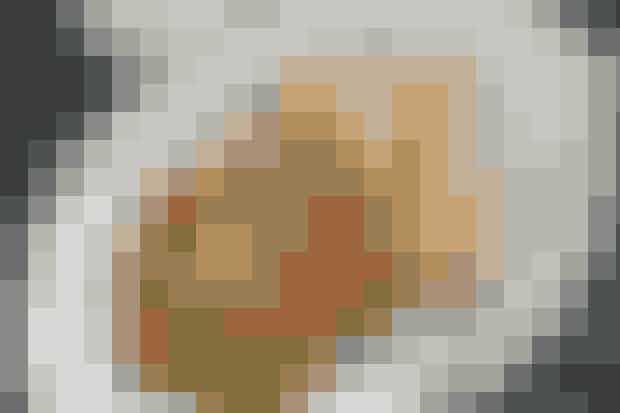 Kylling og salat med kikærter  Af Pia Friis Andreassen/Foto: Martin Tanggaard    Kyllingefileter med lækker sommersalat      4 pers.  Ingredienser til kylling og salat med kikærter  4 kyllingefileter Salt og peber 2 spsk. olie   Dipsauce til kylling:  250 g cremefraiche 18 % 1-2 finthakkede fed hvidløg 1 hakket potte persille Salt   Salat:  1 bdt. asparges 3 peberfrugter 250 g cherrytomater 2 dåser kogte kikærter (afdryppede) 75 g tørret frugt/nøddemix 1 potte dild   Dressing:  1 tsk. spidskommen Saften fra ½ citron 4-5 spsk. koldpresset olie Salt   PRØV OGSÅ: Kylling og kartofler med persille   Fremgangsmåde Kylling:  Krydr fileterne med salt og peber og steg dem i olie i 5-6 min. på hver side.   Dipsauce:  Rør cremefraiche, hvidløg og persille sammen. Smag til med salt.   Salat:   Bræk den nederste del af aspargesene. Snit aspargesene fint, men bevar hovederne hele. Skær peberfrugterne i tern. Del tomaterne i halve. Bland alle ingredienserne til salaten i en stor skål.   Dressing:   Rør spidskommen og citronsaft sammen. Tilsæt derefter olien i en tynd stråle under omrøring. Smag til med salt. Vend dressingen med salaten.   Tilberedningstid:   Ca. 30 min., heraf arbejdstid ca. 30 min.  PRØV OGSÅ: Fyldig salat med jordbær og bacon
