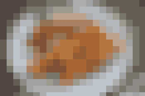 Kylling på spid og salat med kikærter  Af Pia Friis Andreassen/Foto: Martin Tanggaard   Lækre kyllingespyd til grillen      4 pers. Ingredienser til kylling på spid og salat med kikærter  Ca. 800 g kyllingekød (rest fra tirsdag)  Saften af ½ citron 1 spsk. paprika  4 spsk. olie Salt   Dyppelse:  Grøn pesto (rest fra tirsdag)   Salat:  Ca. 5½ dl kogte kikærter (rest fra onsdag)  250 g cherrytomater 250 g feta i tern  1 agurk 1 løg   Dressing:  Saften af ½ citron  2 finthakkede fed hvidløg  4-5 spsk. olie, salt og peber   PRØV OGSÅ: Kyllingmedaljon og lun pastasalat   Fremgangsmåde Kyllingespid: Skær kyllingekødet i tern på ca. 2 x 2 cm. Rør citronsaft, paprika og olie sammen og vend det med kyllingekødet. Lad det trække, mens salaten tilberedes. Træk derpå kyllingekødet på spid og grill eller steg det på panden i ca. 1½-2 min. på hver side, dvs. 6-8 min. i alt. Krydr med lidt salt.   Salat: Bland kikærter med tomater i halve, feta i tern, agurk i skiver og løgringe.   Dressing: Rør citron og hvidløg sammen. Tilsæt olien i en tynd stråle under omrøring. Vend dressingen med salaten.   Tilberedningstid:  Ca. 25 min., heraf arbejdstid ca. 25 min.  PRØV OGSÅ: Paella med kylling