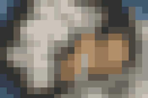 Kylling og kartoffelsalat  Af Pia Friis Andreassen/Foto: Martin Tanggaard   Dejlig aftensmad på 20 minutter      4 pers. Ingredienser til kylling og kartoffelsalat 6 kyllingefileter  2 spsk. olie  2 fed hvidløg  1 tsk. timian  Salt og peber   Kartoffelsalat:  1 kg kogte, kolde kartofler (rest fra mandag, hvis du følger madplanen)  1 agurk  1 bdt. forårsløg  ½ bdt. radiser  300 g fromage frais  150 g mayonnaise  Salt og peber   PRØV OGSÅ: Kyllingmedaljon og lun pastalsalat   Fremgangsmåde Kylling: Afpuds kyllingefileterne og dup dem tørre. Steg dem igennem i olien over middelstærk varme (ca. 6 min. på hver side). Gnid dem med halve fed hvidløg og krydr med timian, salt og peber.   Kartoffelsalat: Skær kartoflerne i skiver. Flæk agurken på langs, skrab kernerne ud og skær agurken i halvmåner. Rens forårs-løgene og snit dem fint. Skær radiserne i tynde skiver. Rør fromage frais og mayonnaise sammen. Smag til med salt og peber. Vend kartofler, agurk, forårsløg og radiser i dressingen.   Tilberedningstid: Ca. 20 min., heraf arbejdstid ca. 20 min.  PRØV OGSÅ: Kalkun med tunsauce