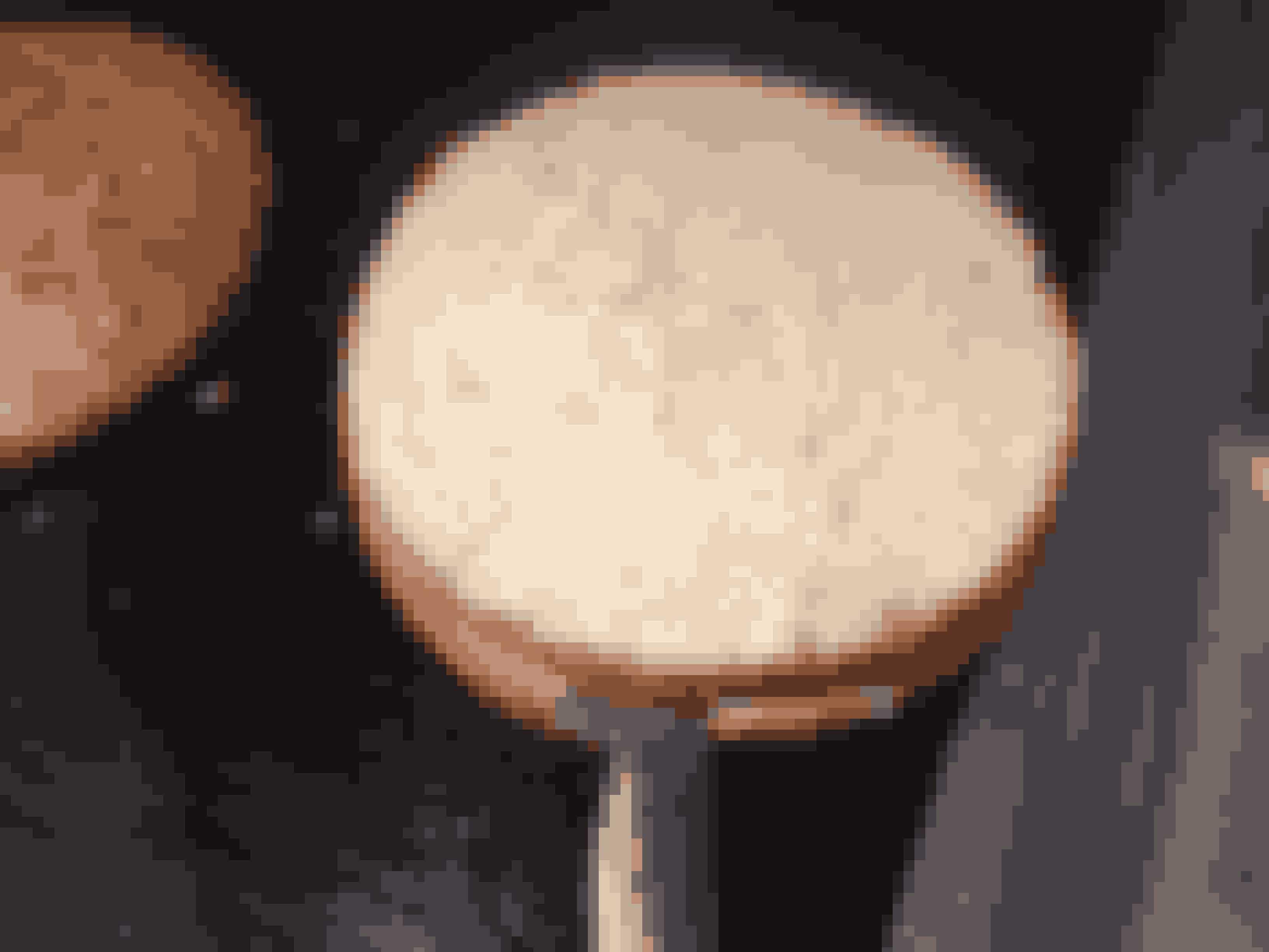 Trin for trinDu kan godt lave en smuk lagkage på én dag, men det er bedst, hvis du laver kagen over tre dage.På dag ét eller om formiddagen bager du lagkagebundene. Lav én kage, som deles i tre. Lad den afkøle i 10 minutter og opbevar den i en plasticpose, så den ikke bliver tør.Alternativt kan du købe færdiglavet lagkagebunde.Lyse lagkagebunde4 æg200 g. sukker200 g mel½ tsk. BagepulverPisk æg og sukker til en luftig masse. Pisk herefter mel og bagepulver i æggemassen. Smør en springform på Ø25. Hæld dejen over i. Bages på 200 grader, til den er gylden - ca. ½ time.Disse lagkageforme hjælper dig med at få ensartede bunde >>