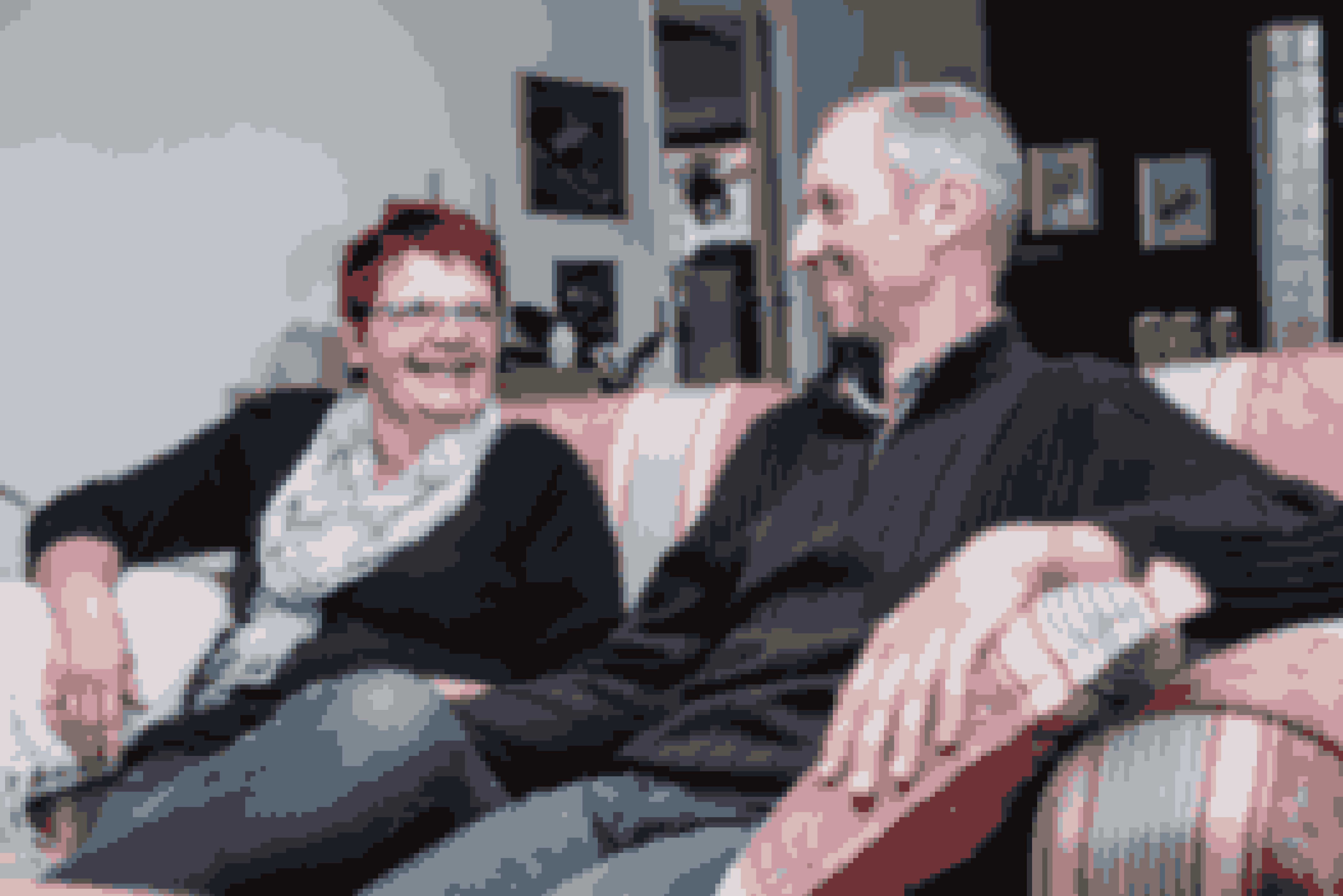 Gitte har fået styr par stuehuset, siden hun blev frue på gården. Her hygger det nye par sig i den stue, der er fuldstændig forandret efter tv-udsendelse. Nye møbler, nymalet - og nyforelsket.