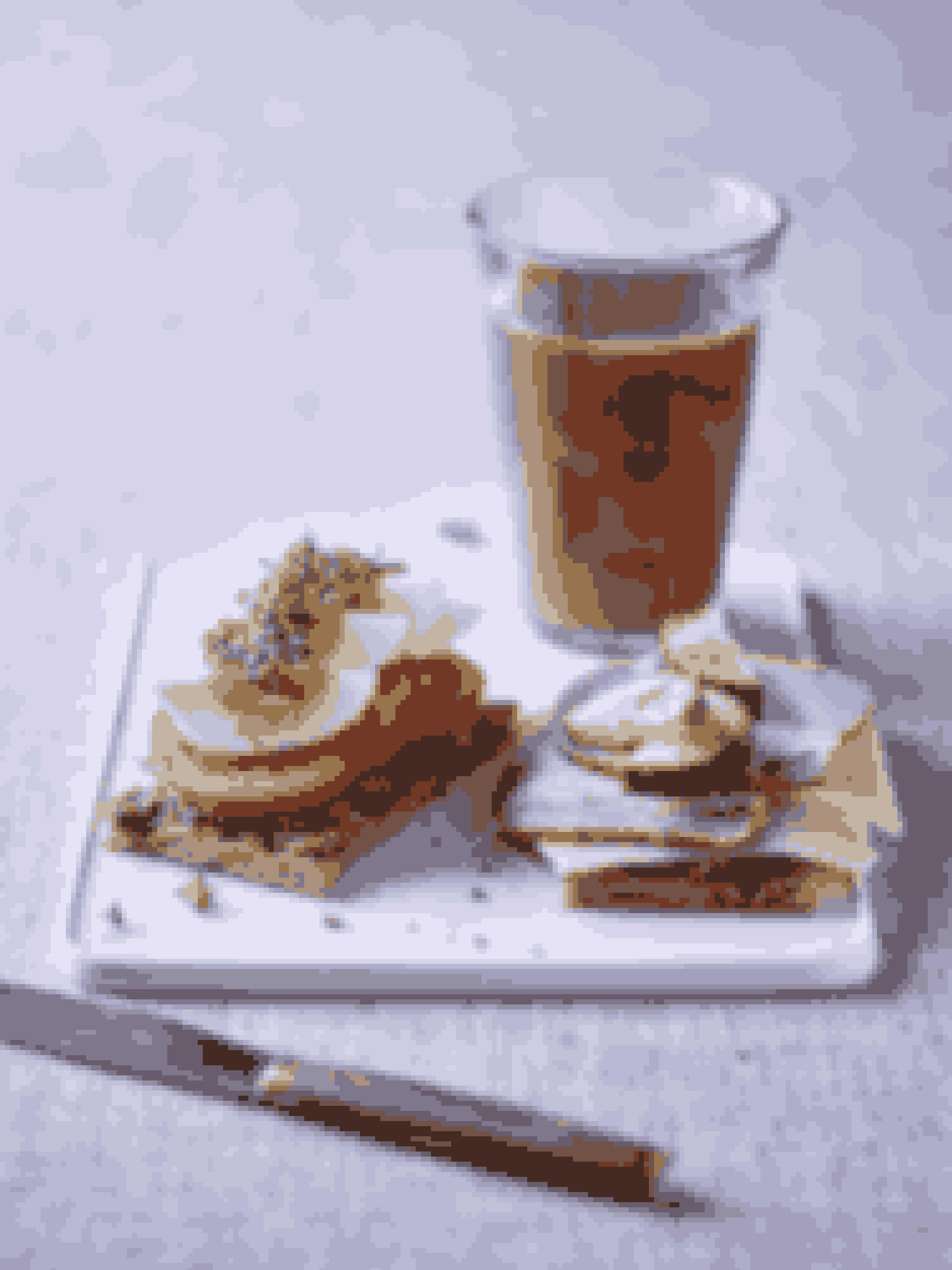 Tilberedningstid: 5-10 minutterMængde: 1 personDet skal du bruge1 skive fuldkornsknækbrød1 spsk. grøn pesto (cirka 15 g)1 tomat1 kogt æg1 spsk. karse1 skive fuldkornsknækbrød1 spsk. rød pesto (cirka 15 g)2 skiver mager ost max. 30+2 skiver hamburgerryg2 skiver agurkLidt peber½ dl minimælk (valgfrit)1 krus kaffe/teSådan gør duSmør det ene stykke knækbrød med grøn pesto. Skær tomaten i skiver og ægget i både og læg det på knækbrødet. Pynt med karse.Smør det andet stykke knækbrød med rød pesto. Læg ost, hamburgerryg og agurk på knækbrødet. Drys lidt peber på.Det bør der ligge på din tallerkenTo stykker knækbrød med pålæg. Dertil kaffe eller te - eventuelt med mælk.Sådan fordeler du efter Sense-tallerkenmodellenHåndfuld 1+(2):  Tomat, agurk, karseHåndfuld 3:  Æg, ost, hamburgerrygHåndfuld 4:  KnækbrødFedt:  Grøn pesto, rød pestoMælkeprodukt:  MinimælkSmagsgiver: PeberTip: Pesto giver masser af smag, men du kan fint bruge smør i stedet.