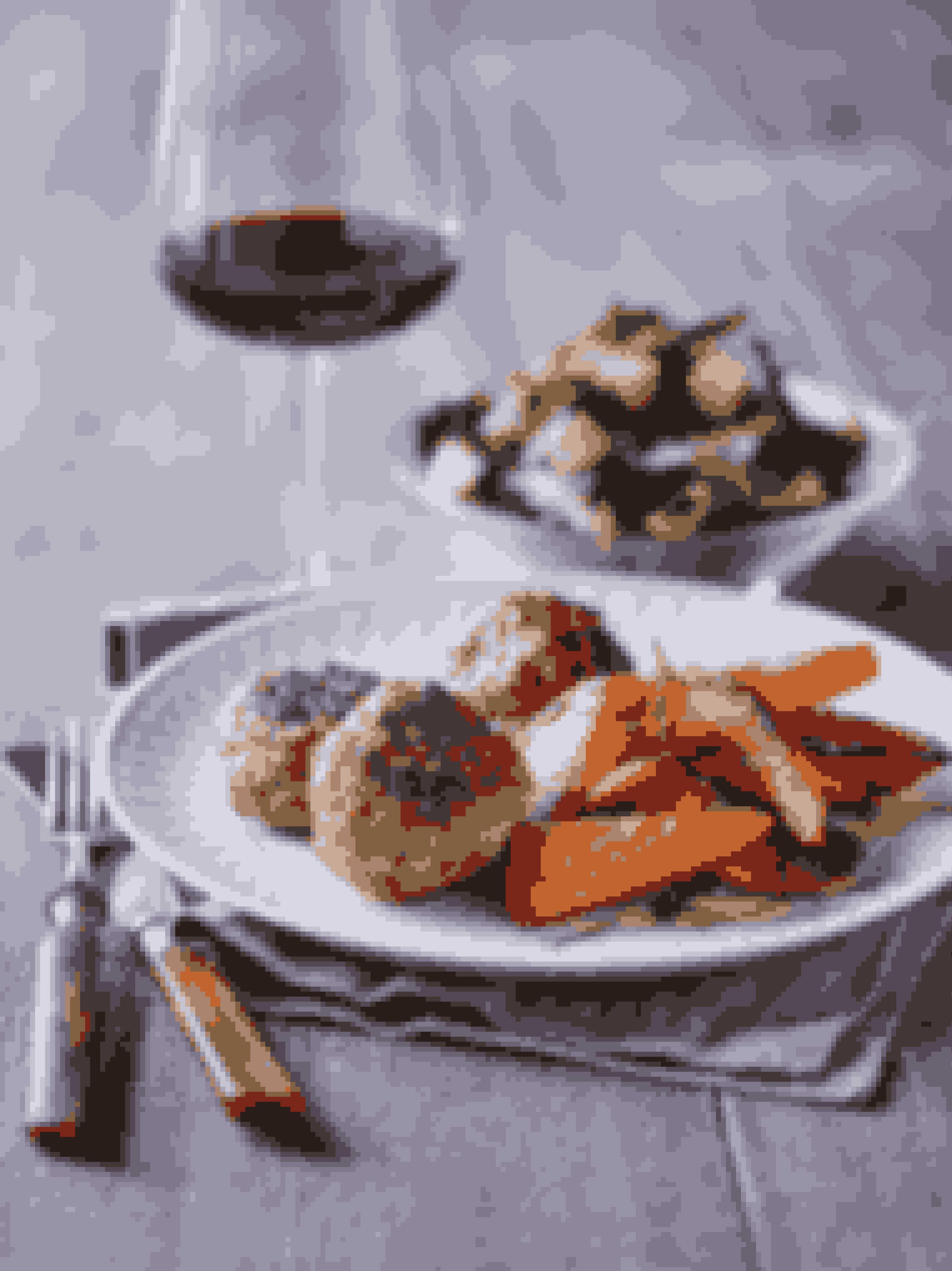 Tilberedningstid inkl. stegetid: 45 minutterMængde: frikadelleopskrift til 4 personerMængde: sweet potato fritter og salat til 1 personDet skal du brugeFrikadeller500 g hakket svine- og kalvekød1 æg1 lille løg, revet1 spsk. raspSaltPeber40 g smør1 sweet potato, mellemstor2 spsk. olivenolie1 håndfuld blandet salat30 g salattern2 spsk. fraiche 5 %Sådan gør duÆlt hakkekødet med æg, løg, rasp, salt og peber. Form 8-10 frikadeller af portionen.Smelt smørret på en varm pande og steg frikadellerne til de er let sprøde og gennemstegte.Skræl sweet potato og skær den i tykke fritter.Varm olien op på en pande og steg fritterne på alle sider, til de er sprøde og fine.Vend salaten med salattern. Brug fraiche 5 % som dressing.Det bør der ligge på din tallerkenTo-tre frikadeller, en håndfuld sweet potato fritter, en håndfuld salat med salattern, to spiseskefulde fraiche 5 %.Sådan fordeler du efter Sense-tallerkenmodellenHåndfuld 1+(2):  Sweet potato, salatHåndfuld 3:  Frikadeller, salatternFedt:  Smør og olie til stegningMælkedressing:  Fraiche 5 %Tip: Brug rodfrugter eller hokaido i stedet for sweet potato.Tip: Steg en stor portion frikadeller og frys resten.Tip: Der kan blive plads til et lille glas vin engang imellem, hvis du sparer håndfuld 4, som her.