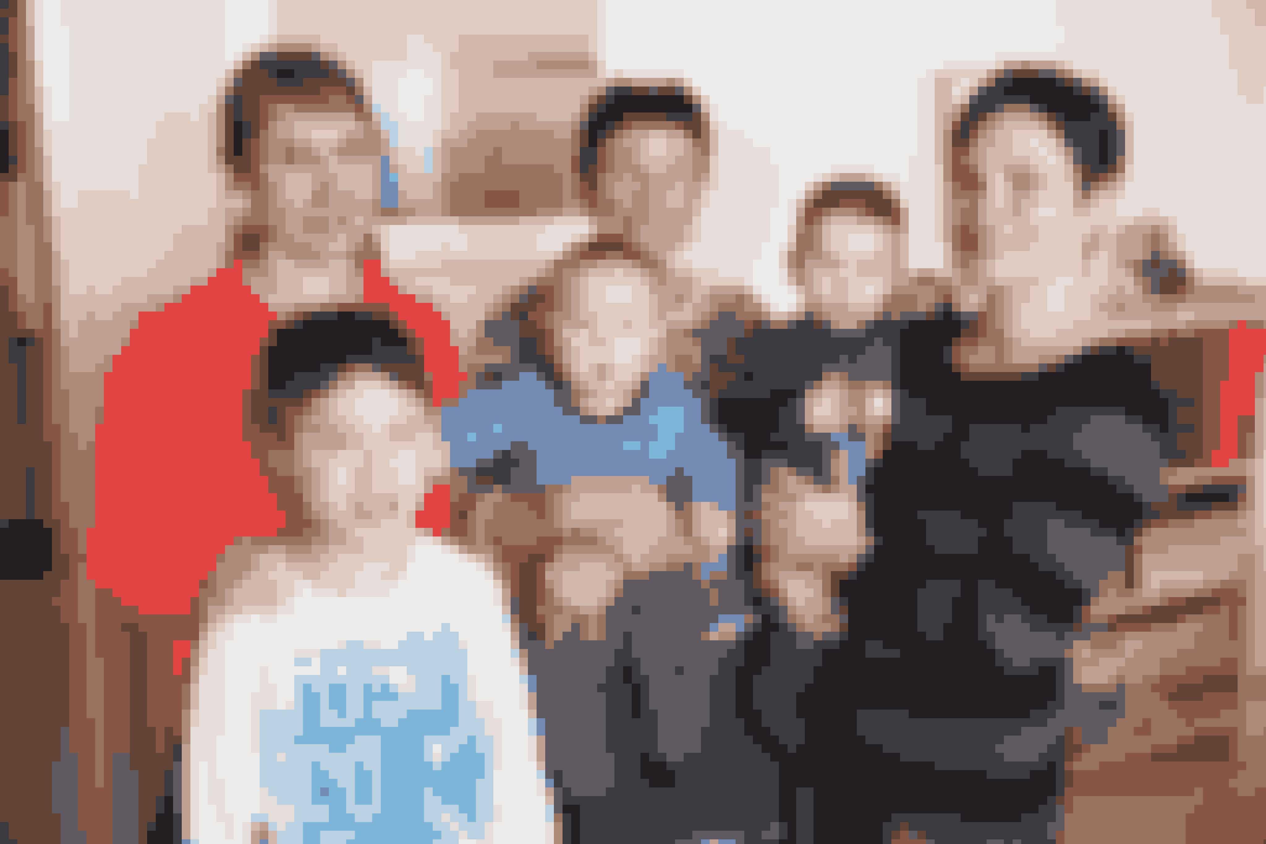 Johanne Bech begyndte som tandtekniker og frisør. Men siden har den 61-årige kvinde skiftet branche. Hun er i dag en af ganske få kvindelige fangere i Grønland. Ude og Hjemme tog med hende ud i vildmarken sammen med en slæde og 15 hunde. Her er hun med sine to døtre og tre børnebørn i hjemmet i Sisimiut.