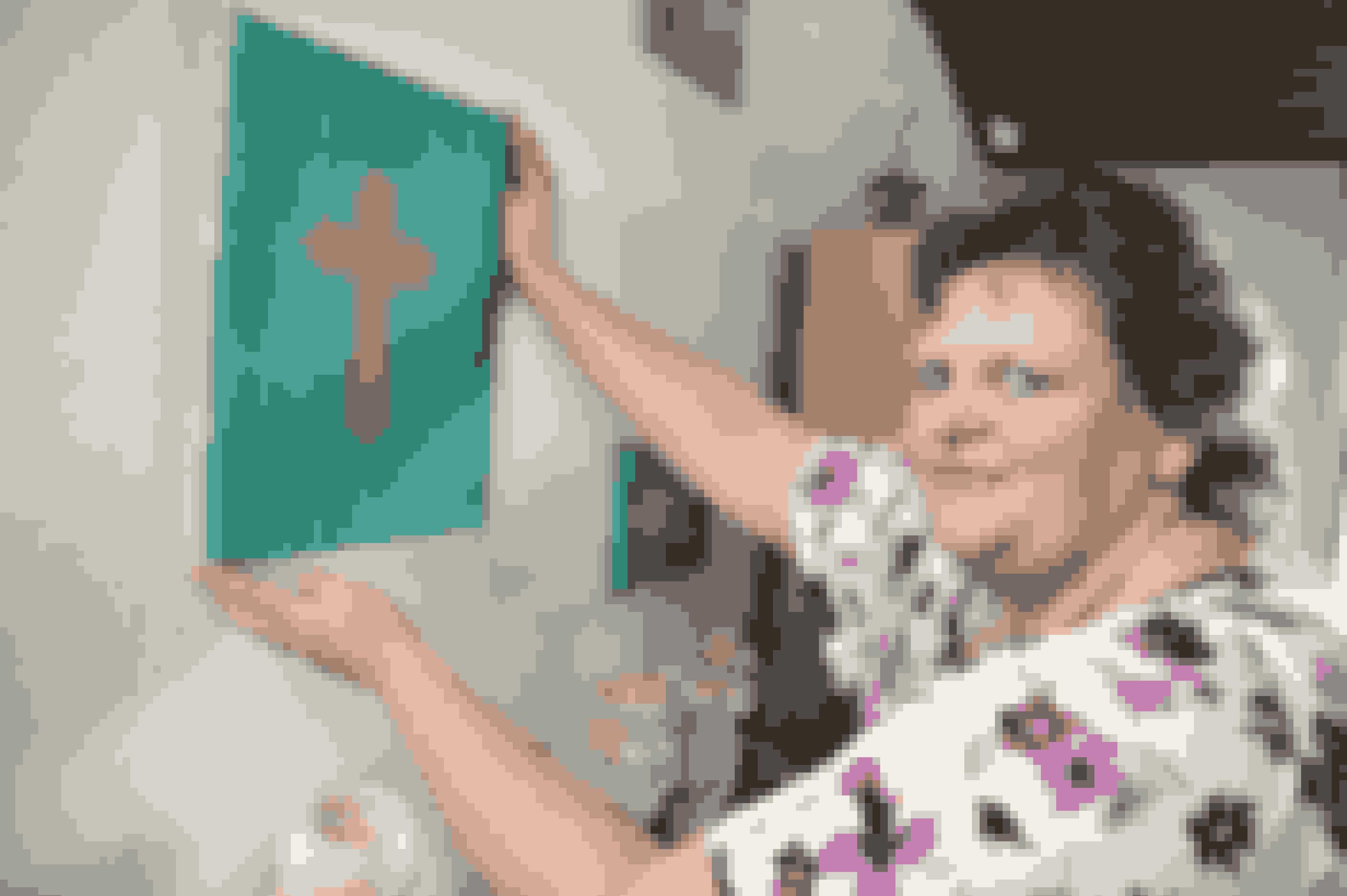 Mona og Klaus har igen fået god støtte i hinanden. Men de har også en god hjælp i deres kristne livssyn. Her Mona med billeder, hun selv har malet.