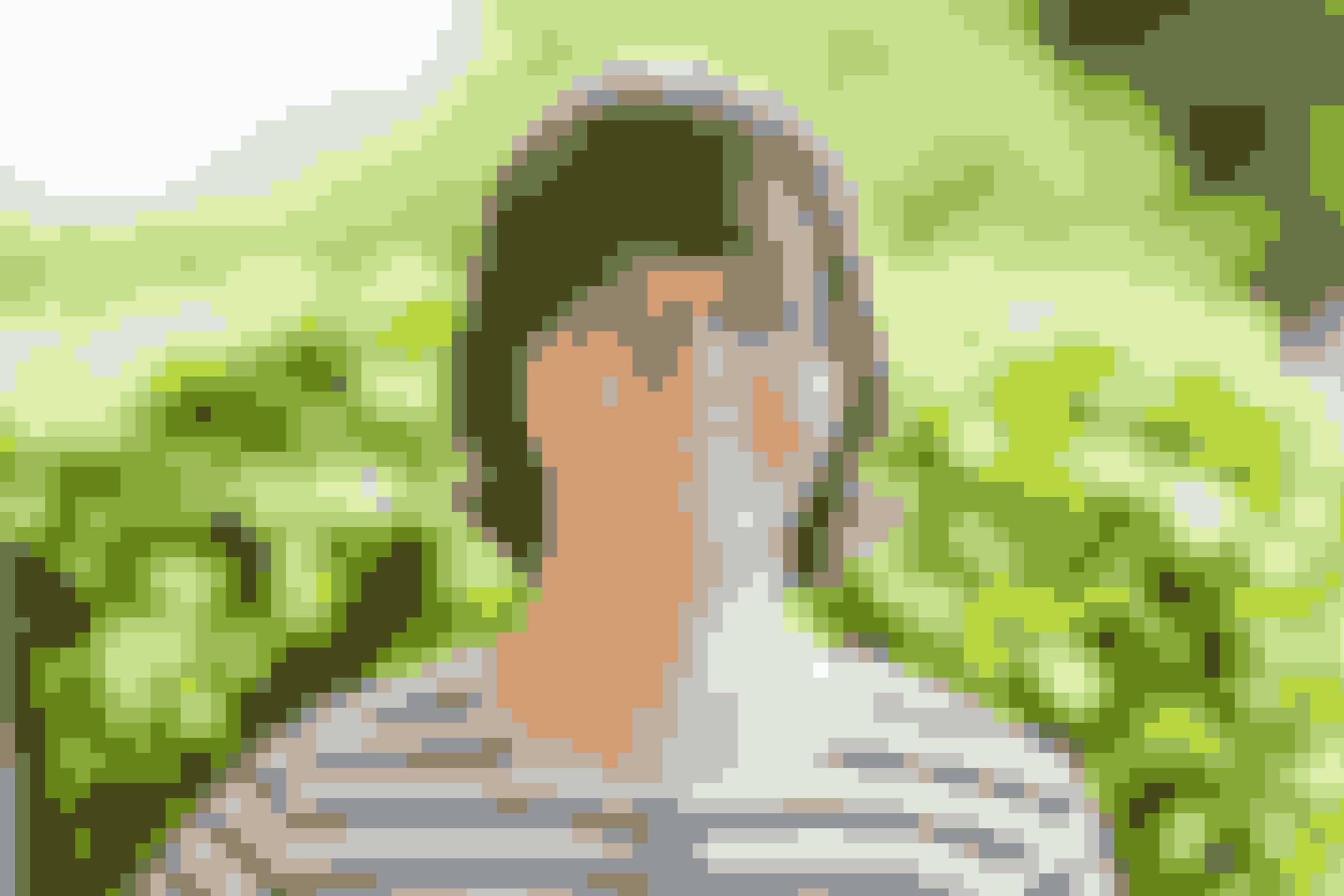 Aksel 14 årAksel går i samme klasse som Caroline. Hans far er fra Tyskland, og Aksel har større søskende i Tyskland, som han af og til besøger. Hos mor har Aksel også en bror, som er plejebarn.Ifølge sin lærer, Annemarie, er Aksel god til at gøre sig umage i skolen. Ifølge Aksel selv, er han god til at kysse og kramme.Hvad kan du bedst lide?– Diskofest med islagkage og dejlig mad, svarer Aksel.– Især pølse og leverpostej, præciserer han efter at have tænkt lidt over spørgsmålet. Og ostemadder – og kram.Aksel samler på ting – også andres ting. Så hvis man har mistet noget, kan man som regel finde det i Aksels taske. Det er kun noget, han låner.I skolen kan Aksel bedst lide at tegne. Han er omhyggelig og især god til at tegne geometriske figurer og holde sig inden for stregerne.Når han bliver ældre, vil han gerne tegne eller arbejde i bageriet i landsbyen, som mange andre tidligere elever i specialklasserne gør.