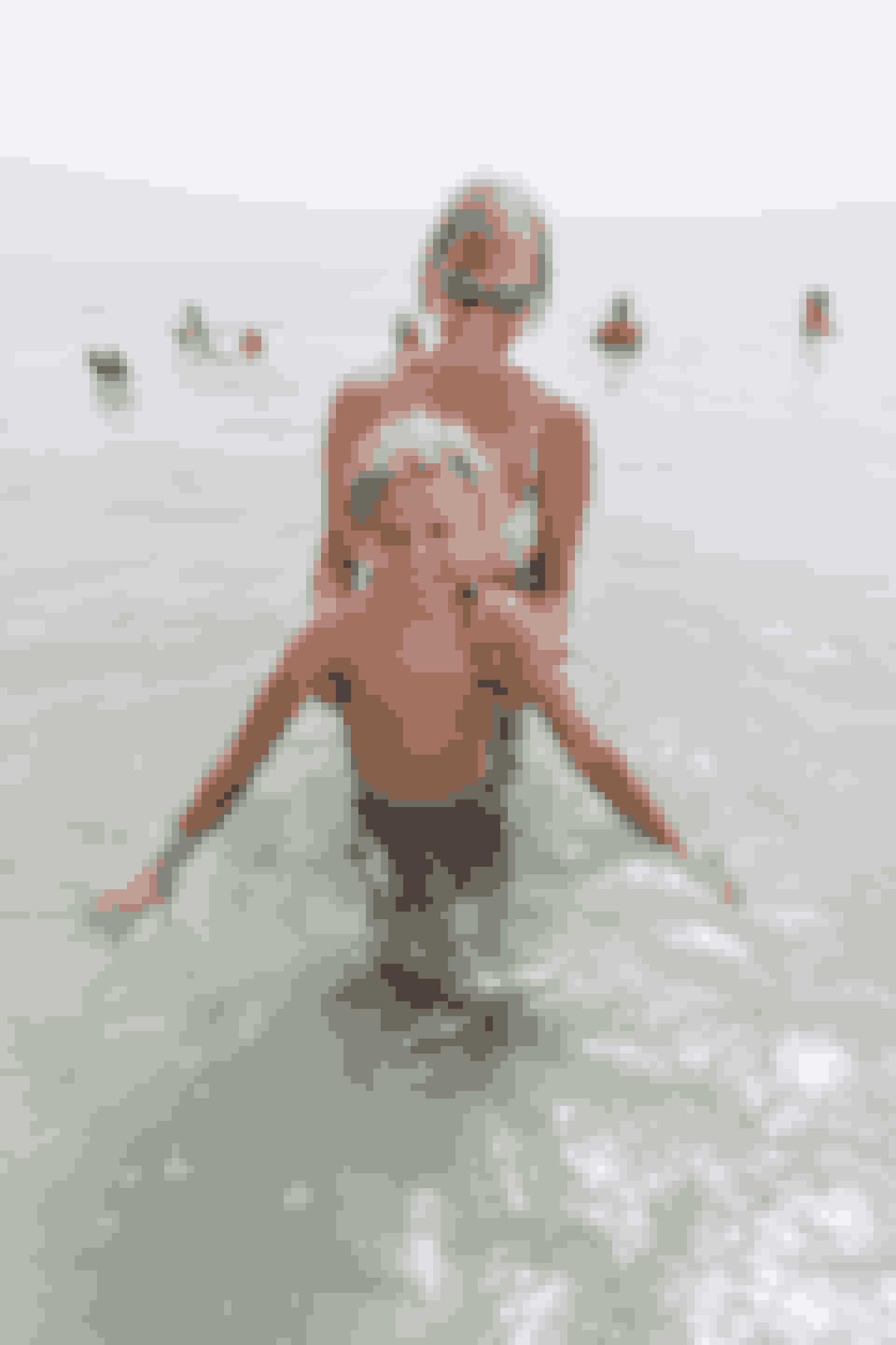 Nanna og hendes mor i det Døde Hav. Den otte-årige pige fra Randers har været hårdt plaget af psoriasis, men efter en måned i Israel er hendes hud fin og glat.