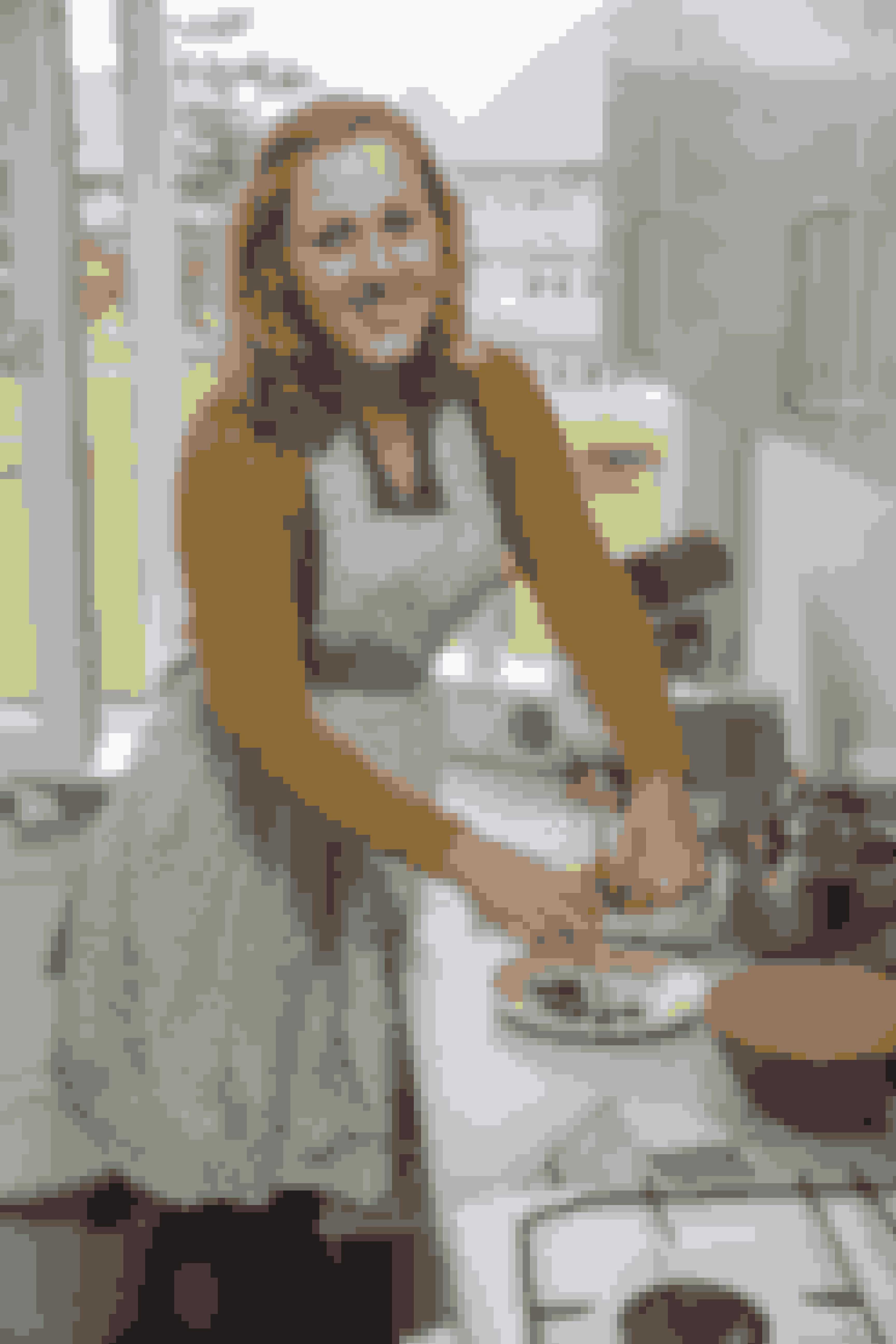 """Kirsten Jazmin Thur er 21 år og bor til daglig i Odense. Hun er den yngste finalist i Den store bagedyst, men har til trods for sin unge alder mange gange imponeret med sit bagværk, blandt andet en knivskarp """"nøgen-kage"""" i vintagelook."""