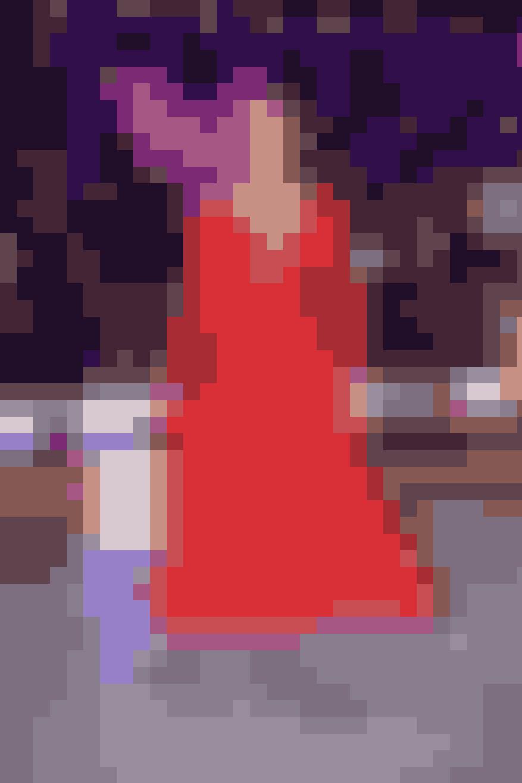 I årets andet program havde svømmer Mie Østergaard byttet badedragten ud med en tætsiddende rød kjole med en flot og en smule vovet udskæring.