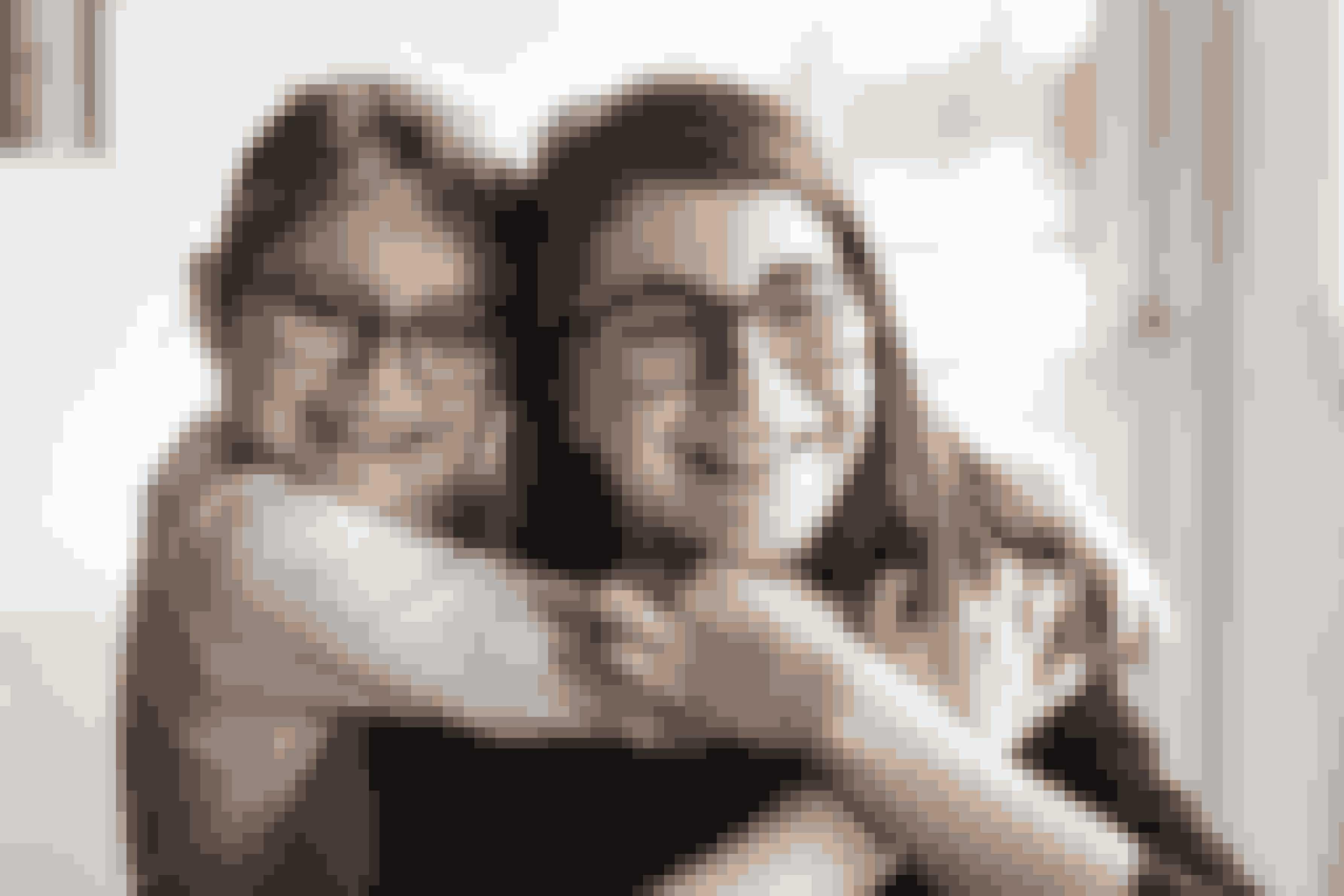 Nova med sin lillesøster, Ella på 6 år. Før brød Nova sig ikke om at kramme. Det har ændret sig nu.