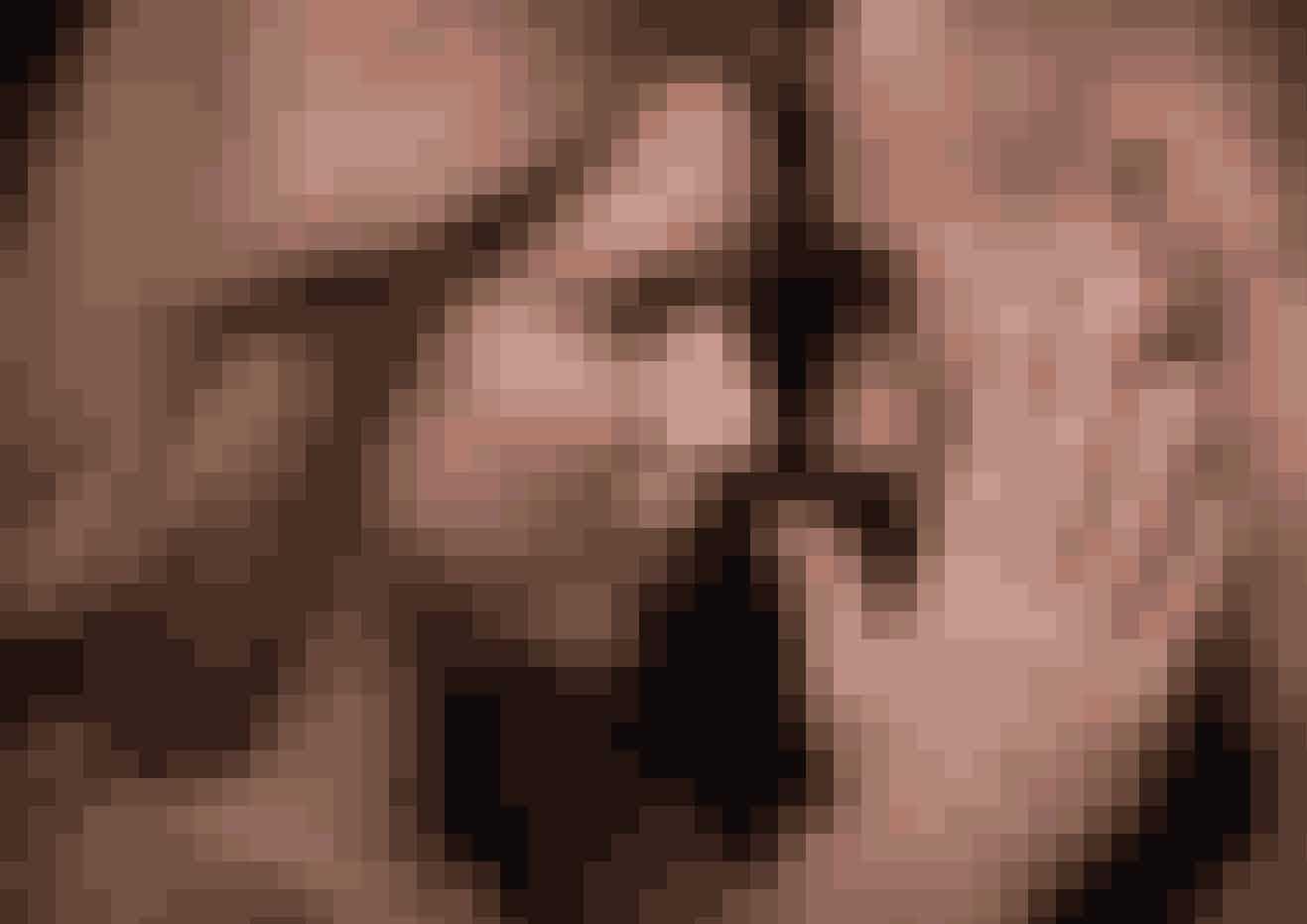 4. At du har sex:Når du drømmer om sex, så forekommer samlejet sjældent i dets form – men der er i højere grad tale om et udtryk for et andet seksuelt indhold. Drømme om sex vil hyppigst være en indirekte længsel hos singler eller partnere, der keder sig i deres forhold. Som regel symboliserer drømme om sex et behov for intimitet og følelser.Dette begrunder, hvorfor at nogle mennesker har drømt om samleje med deres forældre. Dette er oftest ikke spor perverst, men handler snarere om uforløste følelser. Et helt tredje aspekt er, at sex kan symbolisere en forening med en side af sig selv eller andre. Personen, som du har samleje med, har måske nogle værdier og kvaliteter, som du kunne tænke dig at tilegne dig.Kilde: Q