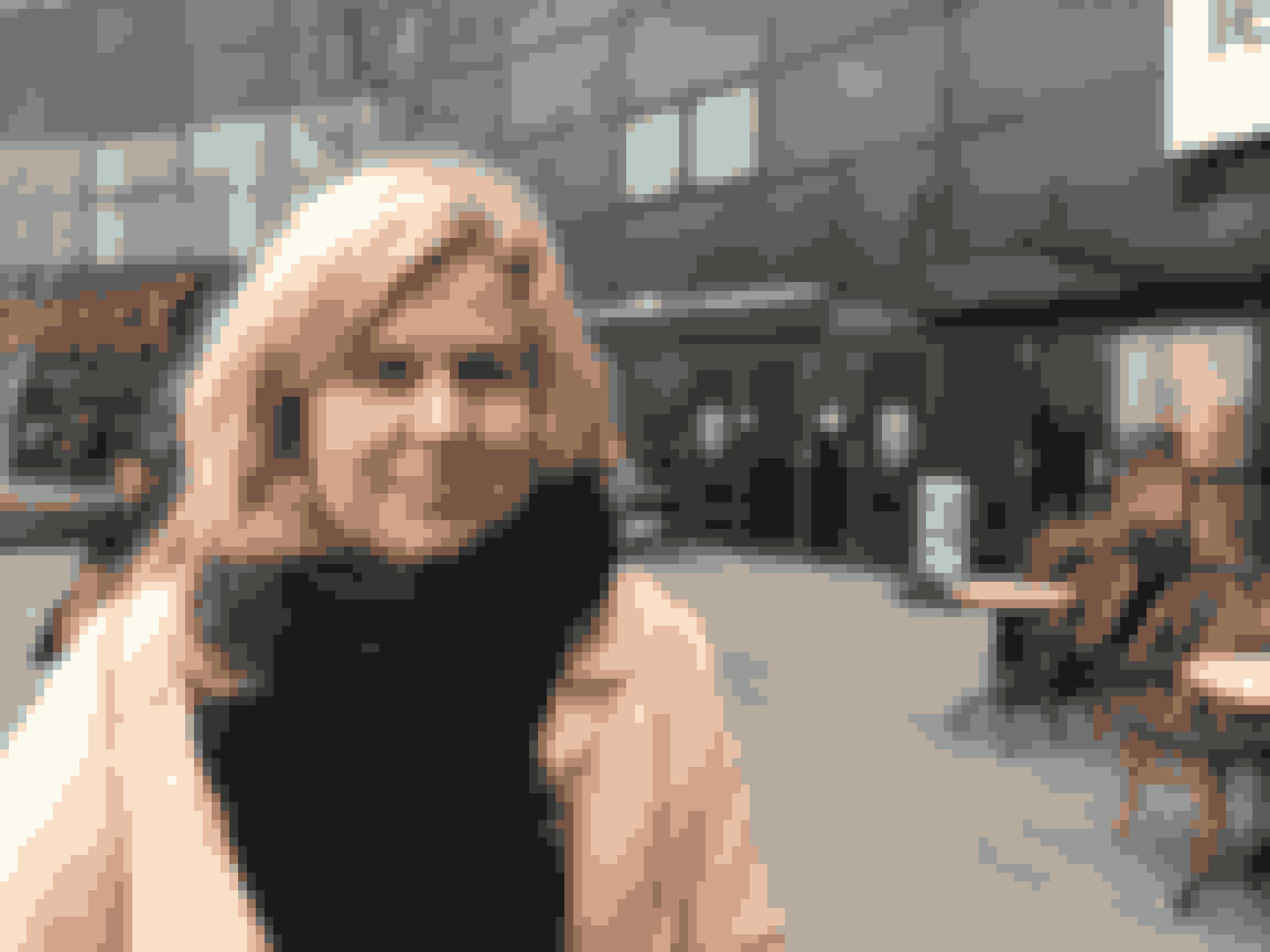 Maria Gadegård, 33 år, kandidat i Informatik og Ledelse, København:- Beløbet er lidt forskelligt fra år til år. Nok i nærheden af de 3000 kr. I min familie giver de voksne ikke hinanden gaver. Sommetider køber jeg dog til mine forældre. De fleste af pengene bliver dog brugt på gaver til min søn, mine nevøer og veninder. I år har jeg sat mig for at være tidligt ude med juleindkøbene, da jeg studerer. Jeg vil helst have det bedste, og lige præcis det folk har ønsket sig. Derfor er jeg i mange forskellige butikker, hvor jeg bliver inspireret til den helt rette gave.