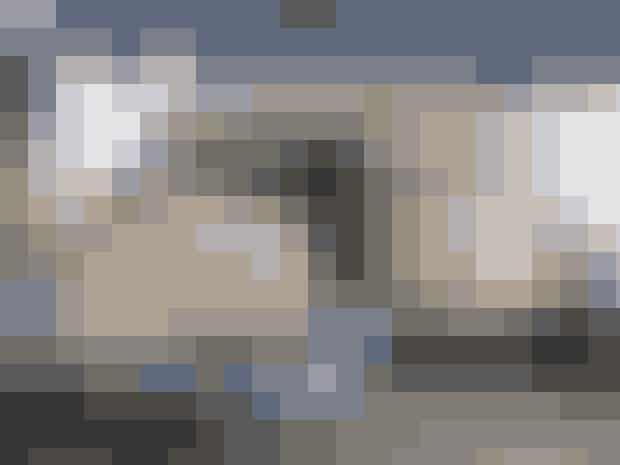 Klik her og få opskriften på Volmer Sørensens jubilæumskage fra La Glace medmakronbund, abrikosmarmelade, vaniljecreme og nougatflødeskum
