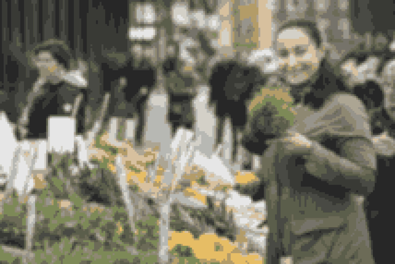 Julie Berthelsen elsker torvedage og køber gerne sine grøntsager her.