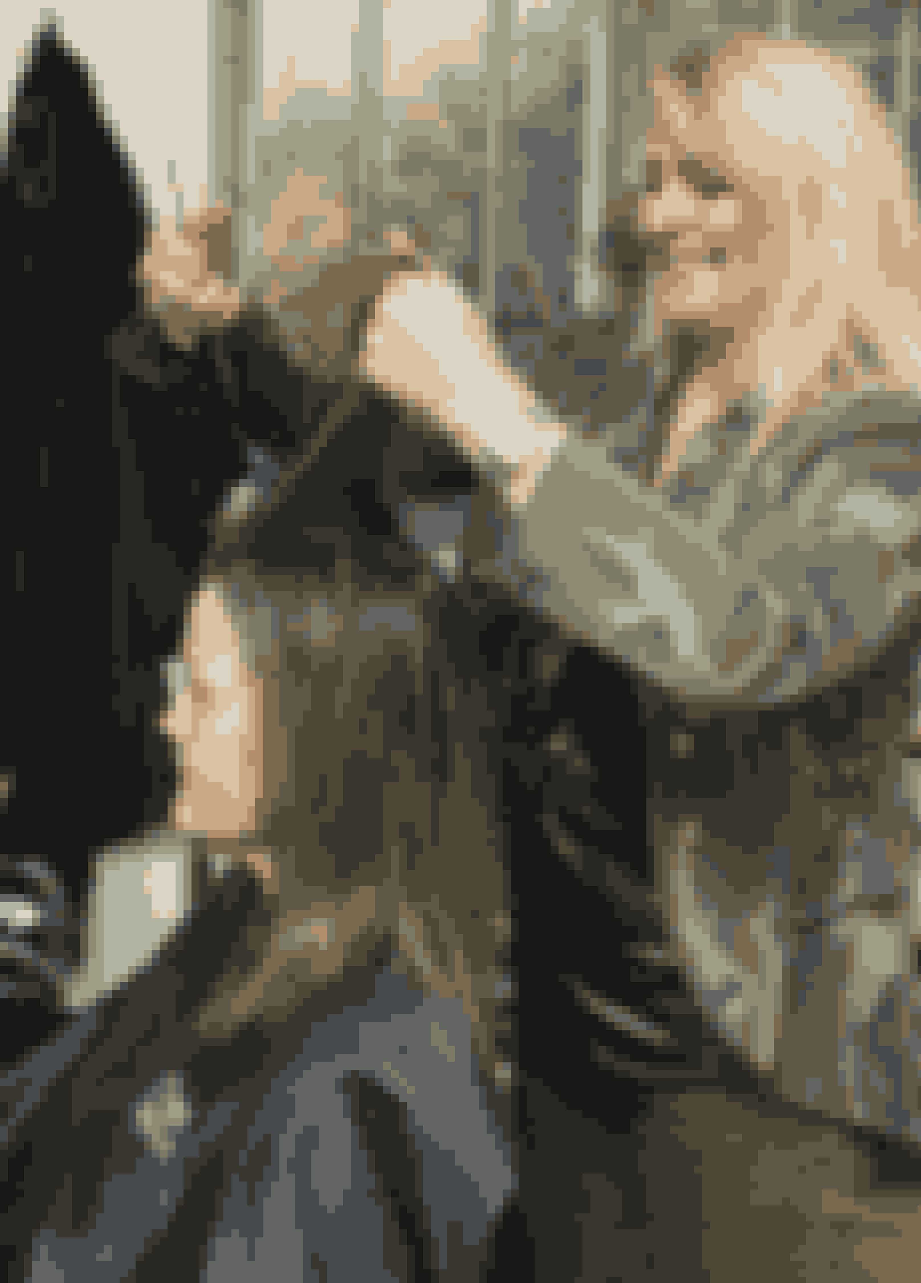 """""""Det er vigtigt for Karin, at håret kan sættes op i forbindelse med hendes arbejde, men vi kan sagtens klippe en del af, og samtidig bevare en god længde, for spidserne er meget lange og tynde,"""" fortæller Susanne Haxthausen Doreng fra salon Easy Cut i Brønshøj.Da hun har klippet et godt stykke af Karins hår, klipper hun etager i hele håret for at løfte det og give et friskere look til Karins ansigt. Hun farver lyse reflekser i hele håret for at give håret en anden struktur. På den måde får hun mere fylde i håret, samtidig med at hun får lettere ved at sætte det. """"Jeg kigger på hendes øjenfarve og kulør og selvfølgelig hendes naturlige hårfarve, og ud fra det vurderer jeg, at det vil klæde hende med lysere toner og kortere hår,"""" siger Susanne."""