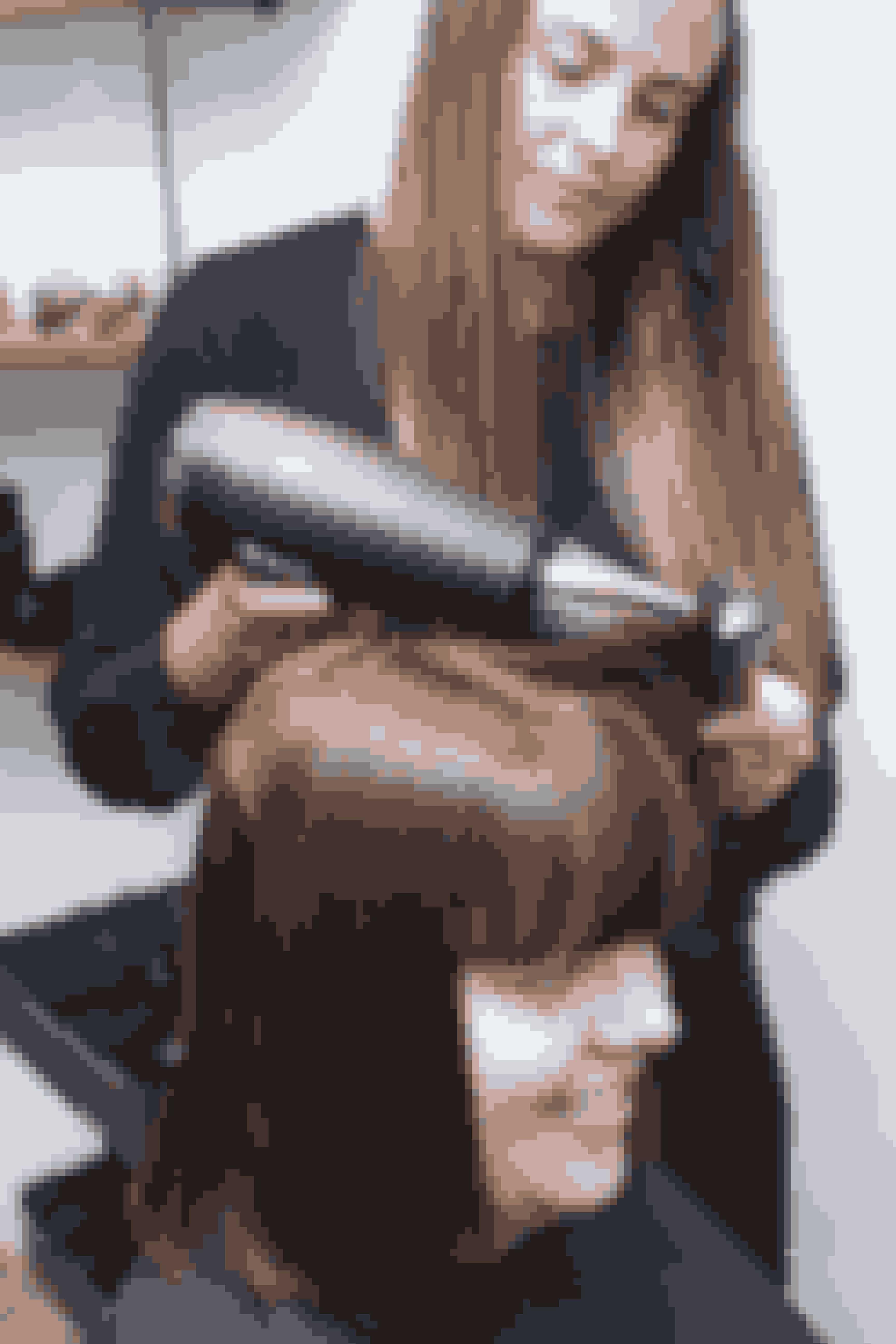 Katja Edvardsen fra Salon Ofia ønsker at give Rikke en mørkere og dybere farve. På den måde indrammes ansigtet, forklarer hun. Desuden passer det godt til Rikkes øjenfarve, at der kommer en hårfarve med mere dybde. Katja klipper lidt af længden, sådan den kommer op omkring kæben.– Det er vigtigt, at håret ikke bliver for tungt at se på. Med den her frisure får Rikke et lettere look, og samtidig fungerer længden godt til hendes nye pandehår. Det korte hår skaber en fin ramme om hendes ansigt, som fungerer godt til hende, fortæller Katja.