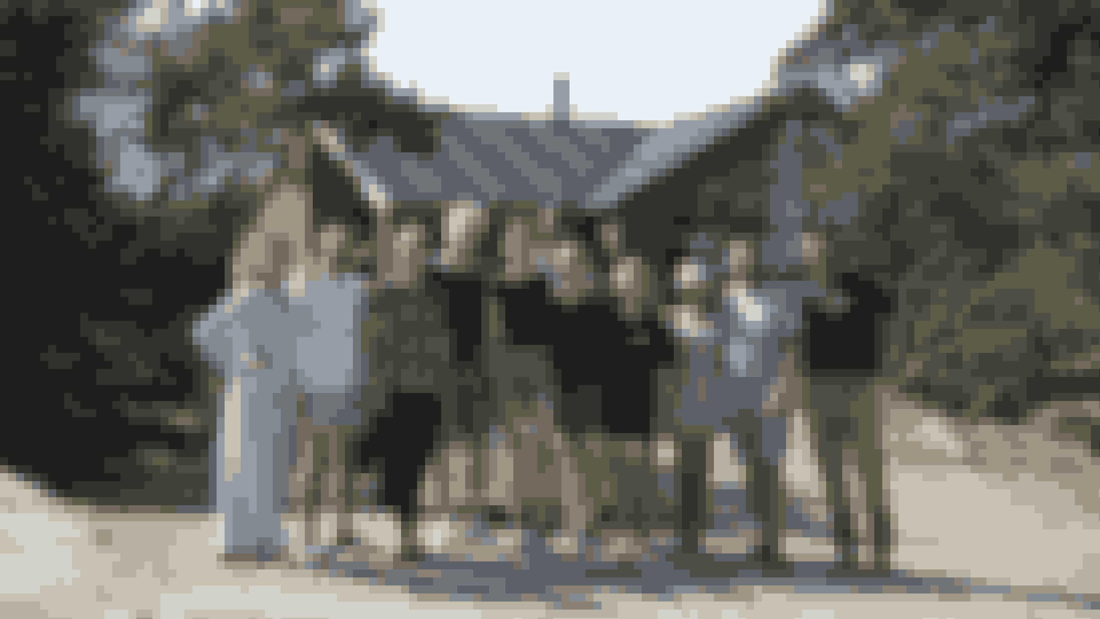 Fra venstre dommer Camilla Kjems, Anders, Maja, vært Pelle Emil Rex Hebsgaard, Josefine, Isse, Katrine, Cassia, Charles og dommer Jacob Carlsson. (Foto: Jørn Deleuran/TV 2)