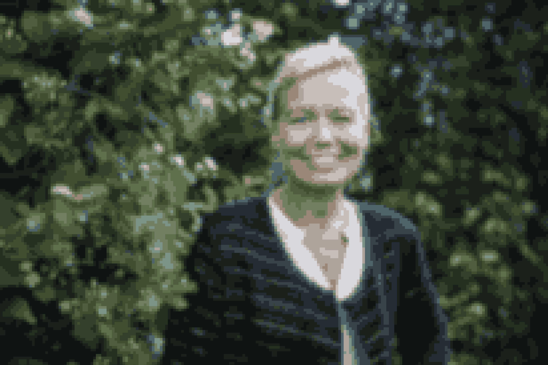 """Irene Brøndum, der er klinisk diætist, har sammen med professor Oluf Borbye Pedersen skrevet bogen """"Tarme i topform"""", som Majbritt L. Engell har lavet lækre opskrifter til.Du kan spise dig til en bedre hukommelse og et lysere sind, og din mad har indflydelse på, hvor let eller svært du har ved at tabe dig, og måske endda, om du får kræft. Tarmbakterierne har betydning for alt i dit liv, og du kan selv ændre dem gennem din kost. Velkommen til en fager ny verden."""