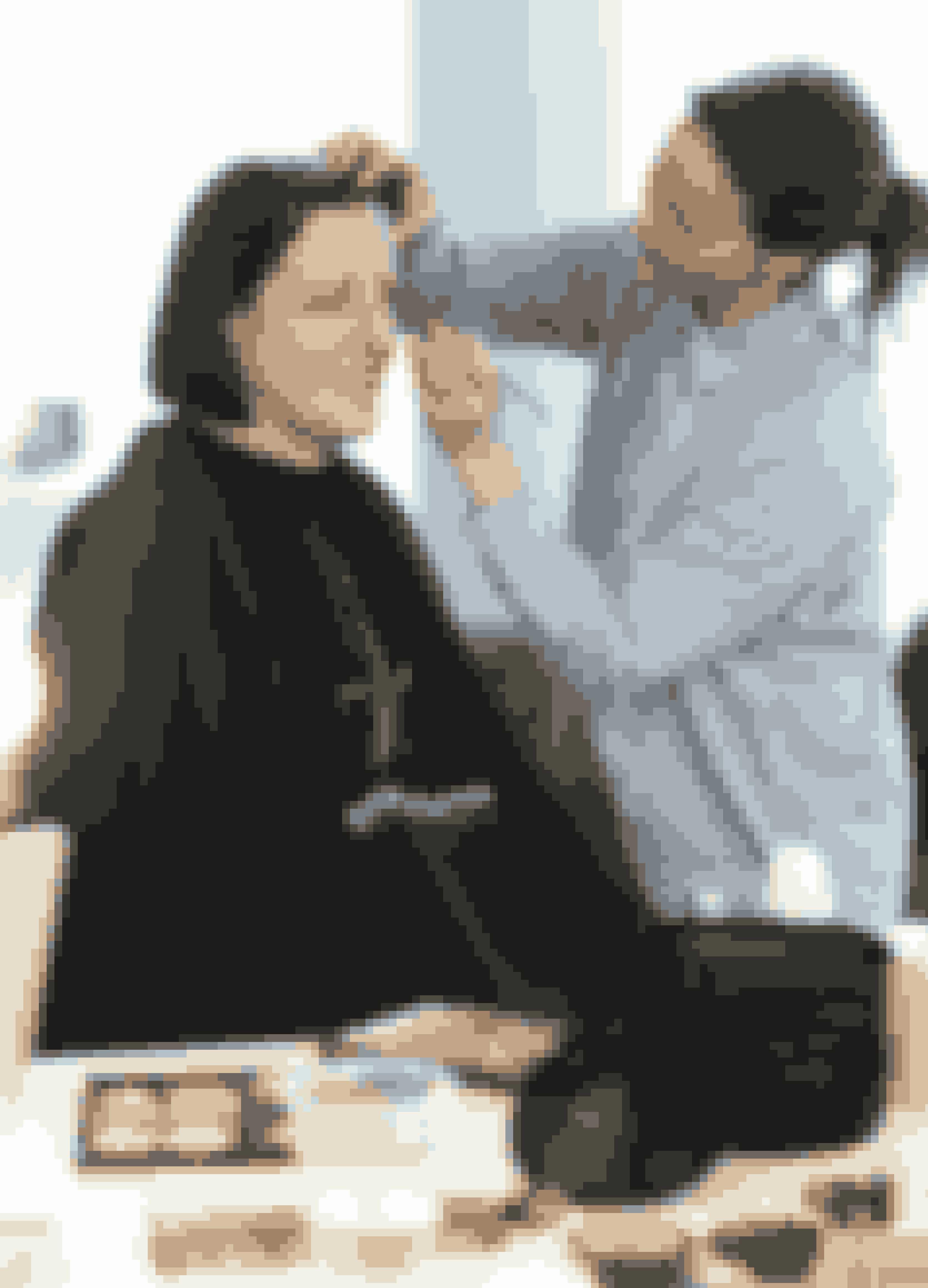 """Fordi Birgit ikke er vant til at bruge makeup til daglig, vil makeupartist Louise Trajano gerne lægge en naturlig makeup, som passer til hverdag. Hun begynder med at fugte Birgits hud med en god serum. Det gør det nemmere at lægge en jævn makeup. """"Når man begynder at få linjer, skal man ikke bruge for meget pudder og blush på huden. Det fremhæver dem kun. Derfor bruger jeg i stedet en neutral foundation på Birgits hud,"""" fortæller Louise."""
