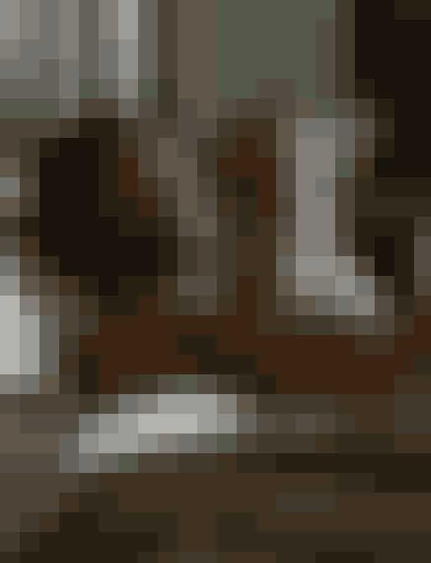 """Sexscenerne blev skudt fra et feministisk perspektivShowrunner Chris Van Dusen skiftede perspektivet for alle sexscener til det """"kvindelige blik"""", hvor Daphne Bridgertons ønsker er hovedfokus. """"Jeg er så vant til at se det omvendt,"""" sagde Phoebe Dynevor, der spiller Daphne, til The New York Times. """"Jeg er vant til at se kvinden tabe sit tøj til den mand, der ligger tilbage i sengen."""""""