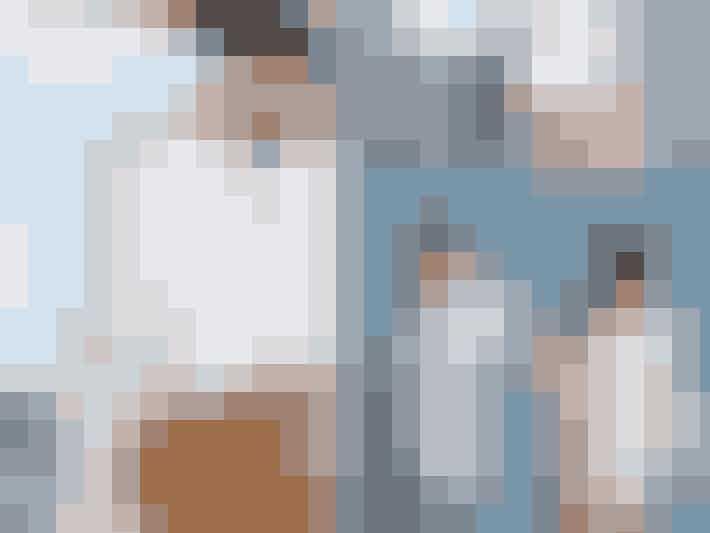 4. oktober, 2011: De turnerende kærester sørger for at få set hinanden, selv om de har travlt med deres karrierer. Her er de på stranden, hvor de kaster brød til mågerne og efter hinanden.  Læs også: Justin Bieber flasher sine boxershorts