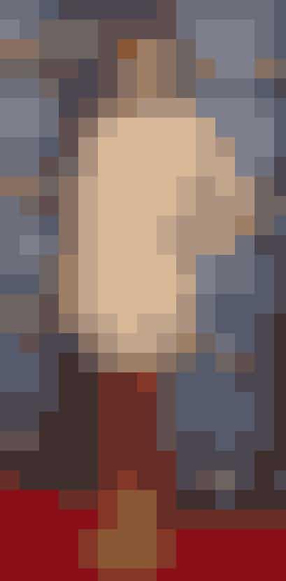 En nude kjole ser megafin ud, når mn har en stærk farve på sine accessories - ligesom den gule rem på Medinas sko.