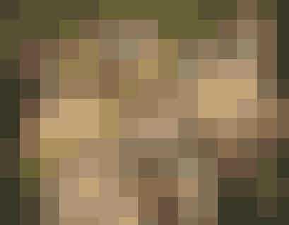 """""""Girls"""" er en supersjov serie for dig, der er vild med storbyen, kiksede situationer og delidt mere skæve serier. Vi følger veninderne Hannah, Jessa, Marnie og Shoshanna, som oplever lidt af hvert i New York, og det er altså ret sjovt!   Bonus: Det er seriens hovedperson Lena Dunham, der spiller Hannah, som selv har skrevet serien."""