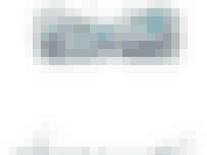 Hvis du har små bryster og smalle hofter, så kan du sagtens bære masser af farver, mønstre og andre seje detaljer. Gå især efter bandeau-toppe og trekantsbikinier med i øjnefaldende mønstre. Den her flotte bandeau-top med flæser vil være helt perfekt til den spinkle kropstype. Klik videre i galleriet for at se flere bikinier, der passer til din krop. Bandeau-top med fræser fra H&M til 99 kroner.Trusser fra H&M til 80 kroner.
