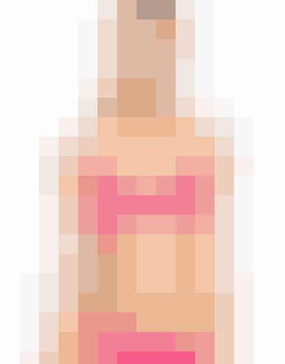 Hvis du har flotte former, store bryster og fyldige hofter, så led efter bikinier, der fremhæver din smukke figur. Undgå små og vilde mønstre, der har en forstørrende effekt på bryster og bagdel. Vælg i stedet prikker eller lodrette striber på dit badetøj. Gå efter en god bh, der giver masser af støtte til din barm, og et par flotte trusser, der understreger dine flotte kurver.  Den her pink bikini er megasød, og så passer den perfekt til kurvede kropstyper! Toppen er foret og med bøjle, så den giver god støtte til barmen, mens trussernes snit giver bagdelen en flot form! Klik videre i galleriet for at se flere bikinier, der passer til din krop. Pink bikinitop med bøjle fra Asos til 159 kroner. Trusser fra Asos til 119 kroner. Begge dele kan købes her.