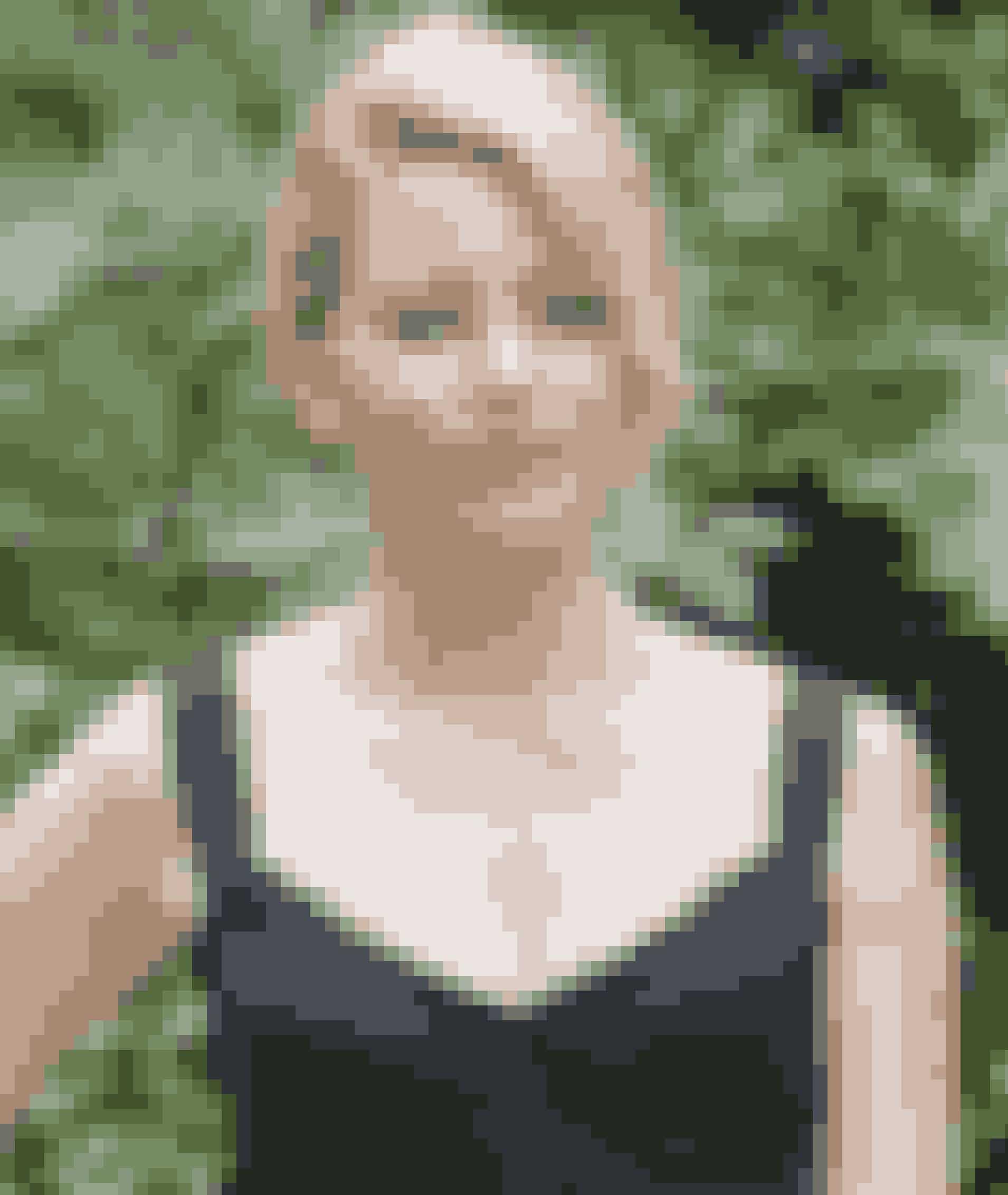 Elizabeth Banks, der spiller Effie, hadede sine negle, når hun havde sit kostume på. Hun kunne nemlig ikke åbne sit eget tøj med dem, når hun skulle på toilettet.