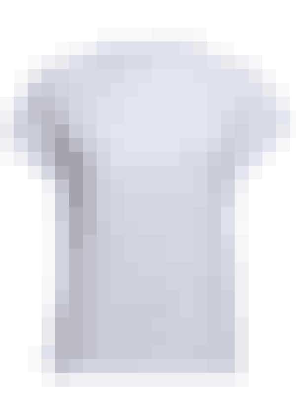En god, hvid og klassisk t-shirt, der holder på pasformen, er et sommer-musthave. Style den eventuelt med en høj knold og en flot læbestift! Her er en fra Won Hundred til 400 kroner.