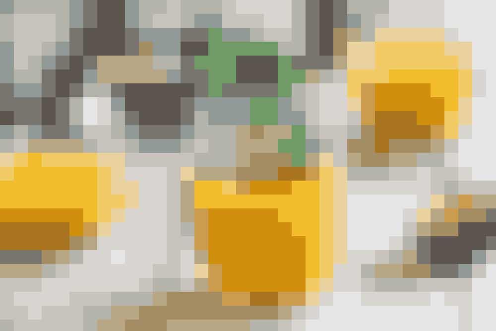 6 passionsfrugter1 liter juice med mango og/eller ananas1 liter æblejuiceKnust isSkrab kødet ud af passionsfrugterne, og blend det sammen med juicen. Lad det stå på køl et par timer, og server med knust is, og pynt med et par mynteblade. Mums!