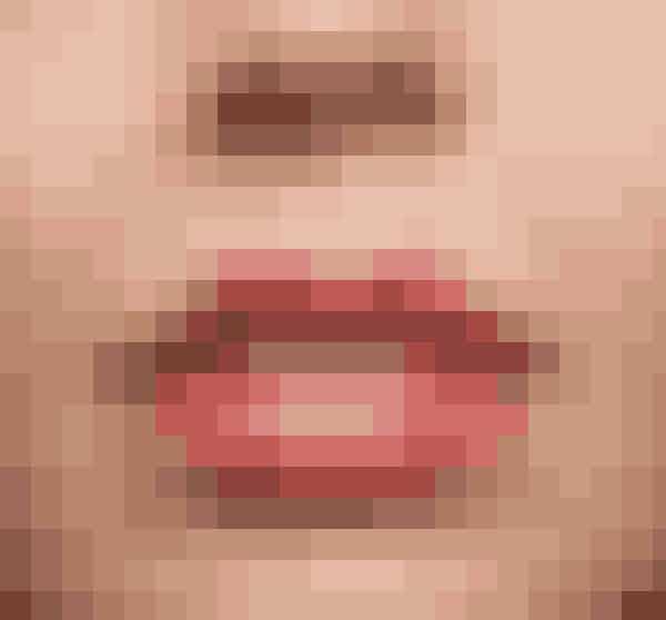 Måske drømmer du om at få Kylie Jenners læber – og ja, man kan snyde sig til en del. Men pas på! For meget læbestift og læbeblyant kan give dig lidt af et klovnelook. I hverdagen fungerer en lipgloss bedst, og skal der farve på, så sørg for at duppe læberne i lidt papir, efter du har påført læbestiften, så dine læber ikke ser for malede ud.