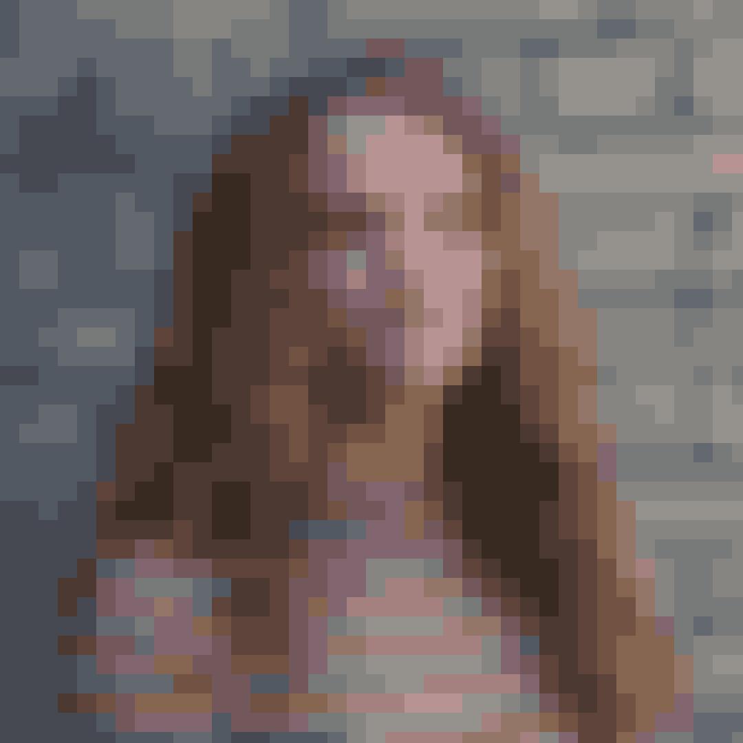 """Navn:Iris Mealor OlsenRolle i """"Første gang"""": AlmaAlma er Sofies bedste veninde, og de bor på værelse sammen på efterskolen. Alma synes, at Sofie bruger alt for meget tid på at tænke på drenge, og hun føler sig lidt overset."""