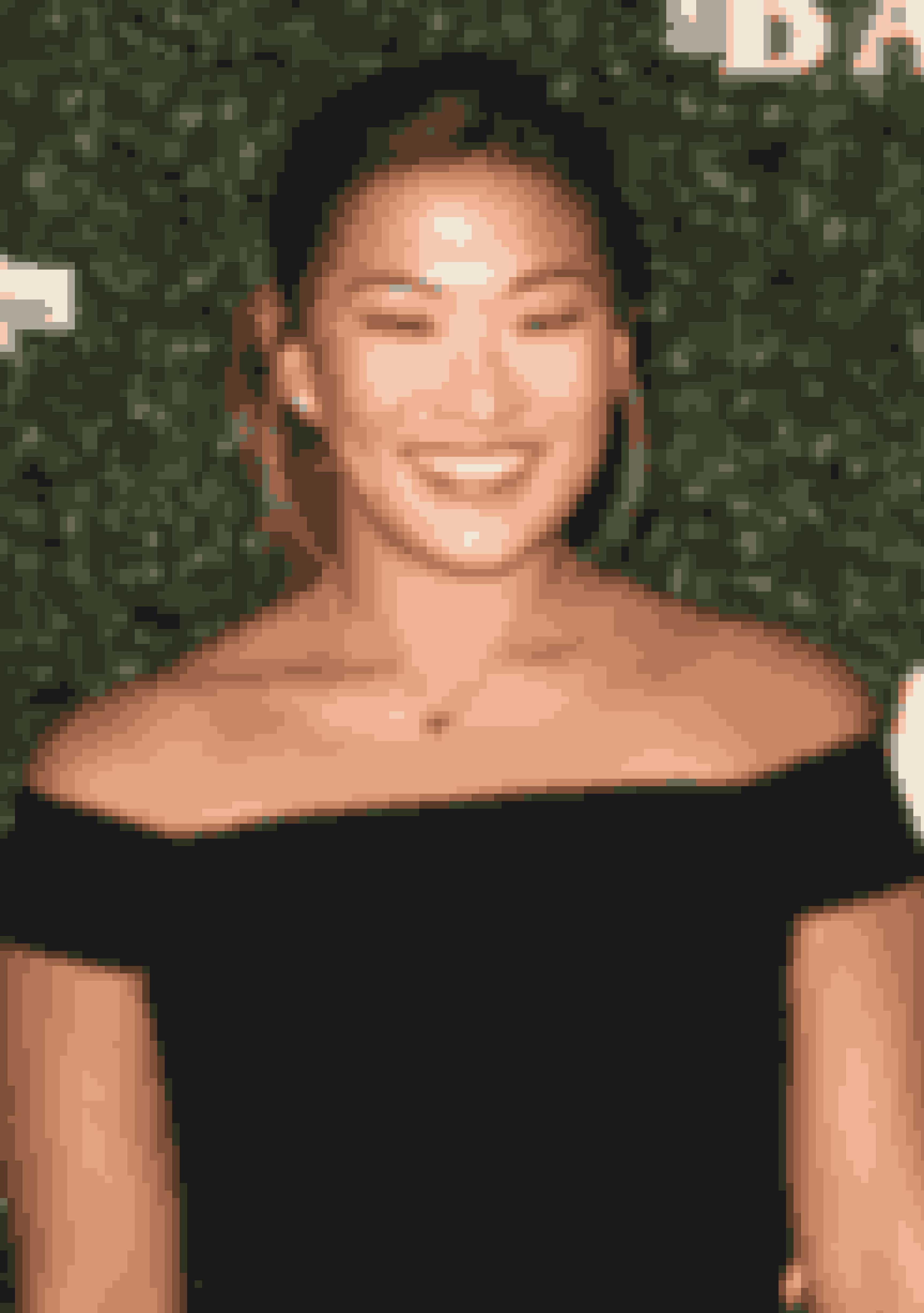 Jenna UshkowitzTidligere Glee-stjerne Jenna Ushkowitz blev adopteret fra Syd Korea, da hun var 3 måneder gammel. Hun voksede op med sin adoptivfamilie i New York og startede i sit voksenliv en organisation, som hjælper adoptivfamilier som sin egen.