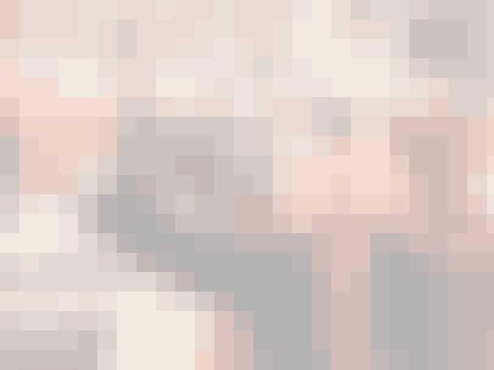 Har du alligevel en selfiestang liggende? Hvis ja, så er det bare frem med den, for det er altså nemmere at koncentrere sig om at smile rigtigt, hvis man ikke bøvler med, at den ene bliver ved med at falde ud af billedet. Selfiestangen giver jer en god afstand til kameraet og endda mulighed for nogle anderledes og flotte vinkler, som armene bare ikke er lange nok til at nå.