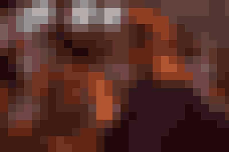 The Longest Ride fra 2015Modsætninger mødes, og det er lige netop det filmen, The Longest Ride, skildrer. Her er det landsbytossen Luke Collins, der ender på en date med den unge kunstelsker Sophia Danko. De to modsætninger finder en forulykket bil og stopper for at hjælpe den tilskadekomne ældre herre, Ira, hvis kærlighedshistorie viser sig at være meget lig den, der udvikler sig mellem Sophia og Luke.